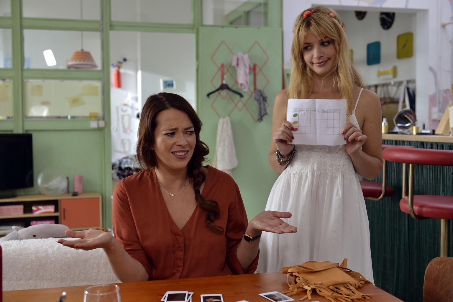 Während Mila (Susan Sideropoulos, r.) noch damit hadert, ihr Casual-Sex Date wahrzunehmen, rät Sally (Laura Osswald, l.) ihr, jetzt nicht mehr zu kneifen ... (Quelle: Sat 1)