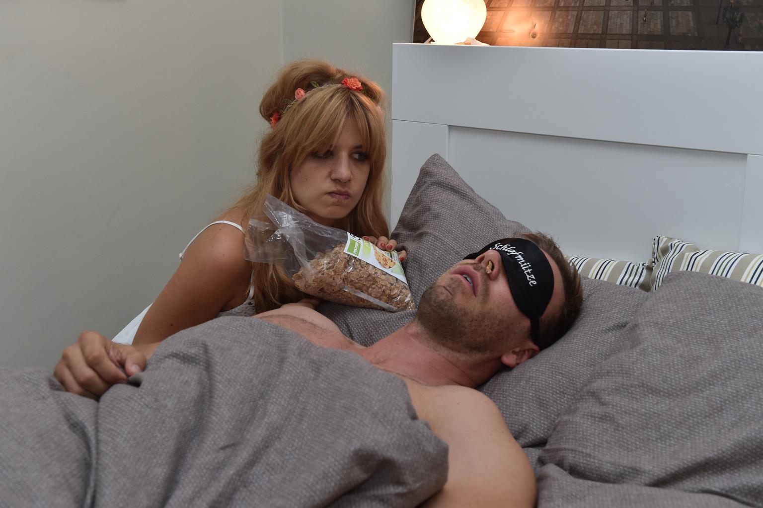 Als sich Mila (Susan Sideropoulos, l.) auf den Casual-Sex mit Ralph (Dominic Boeer, r.) einlassen will, wird sie ausgebremst. Der Narzisst braucht seinen Schönheitsschlaf ... (Quelle: Sat 1)