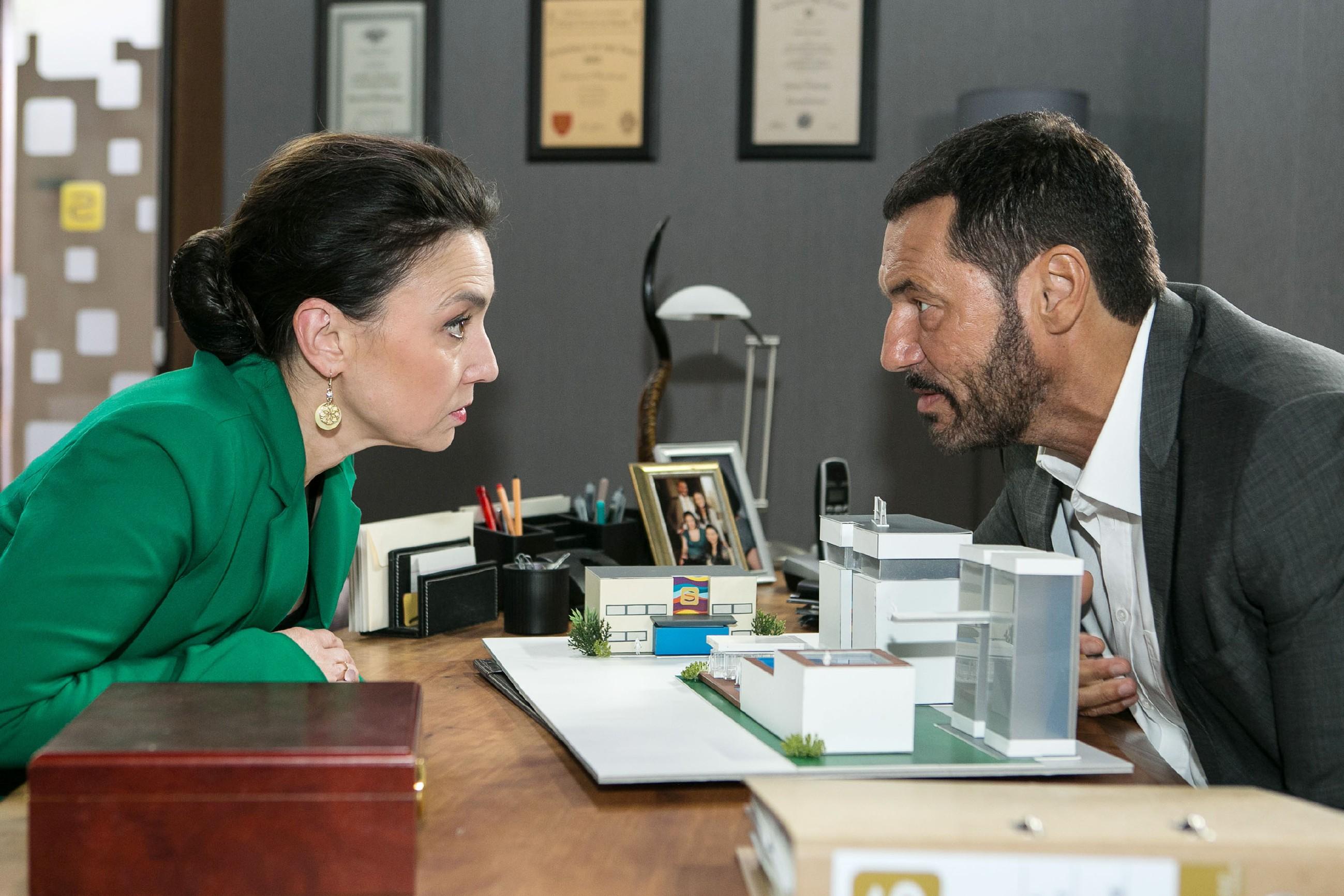 Simone (Tatjana Clasing) und Richard (Silvan-Pierre Leirich) müssen die Wogen bei den Siedlungsbewohnern glätten, damit ihre Pläne zu dem Luxus-Resorts nicht in Gefahr geraten.  (Quelle: © RTL / Kai Schulz)