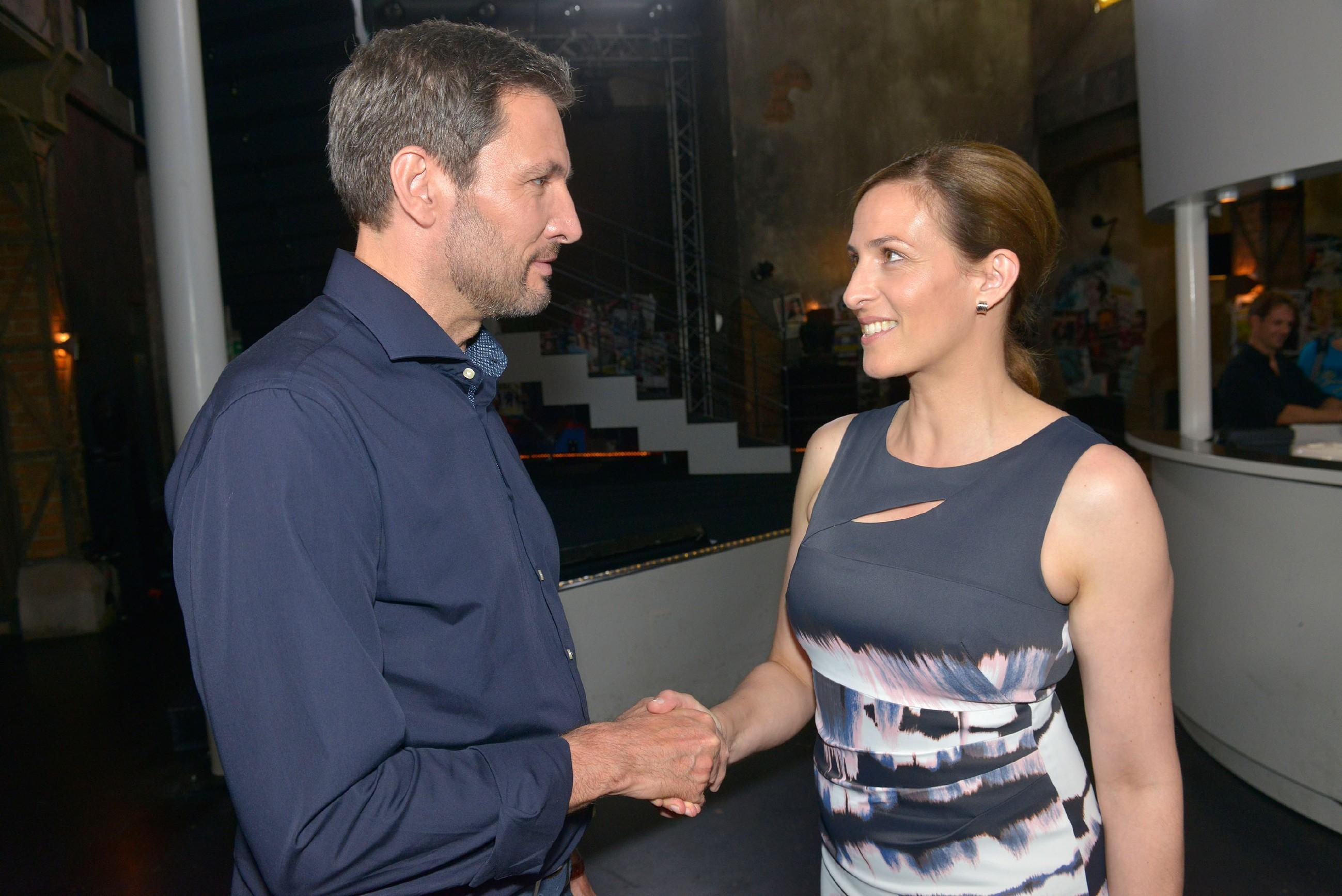 Katrin (Ulrike Frank) trifft den charmanten Arzt Frederic Riefflin (Dieter Bach) wieder und wird von ihm zum Essen eingeladen.  (Quelle: © RTL / Rolf Baumgartner)