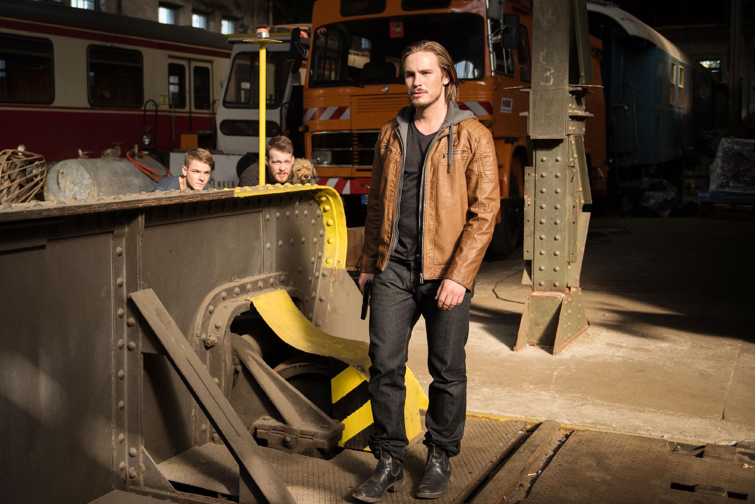 Moritz' (Marvin Linke, l.) und Tobias' (Patrick Müller, 2.v.l.) Sorge um Easy steigt, als sie Schrader (Alexander Milz) unverletzt entkommen sehen.
