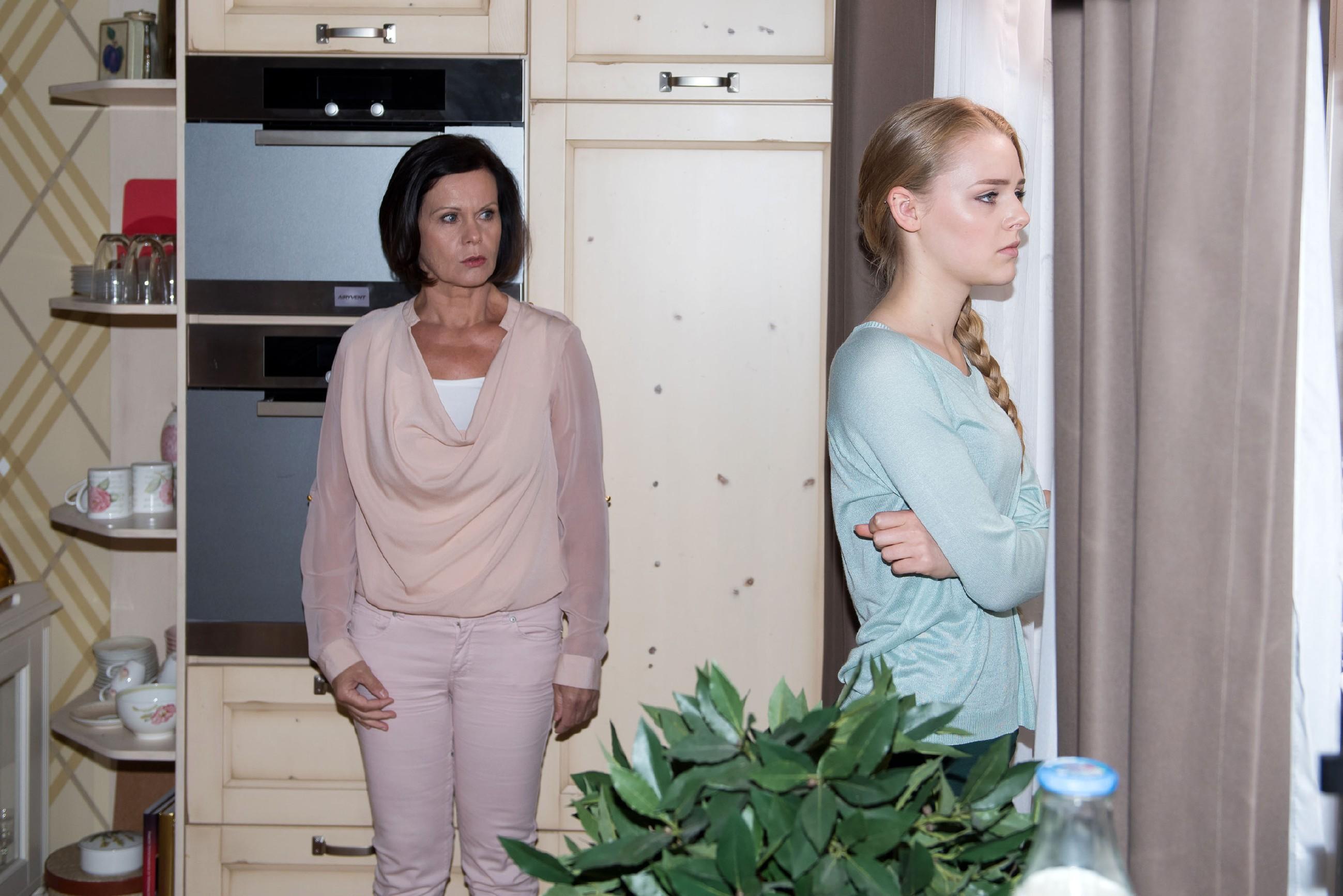 Fiona (Olivia Burkhart) gesteht Irene (Petra Blossey) ihre Vergangenheit als Prostituierte, um Irenes schlechtes Gewissen zu schüren. (Quelle: © RTL / Stefan Behrens)