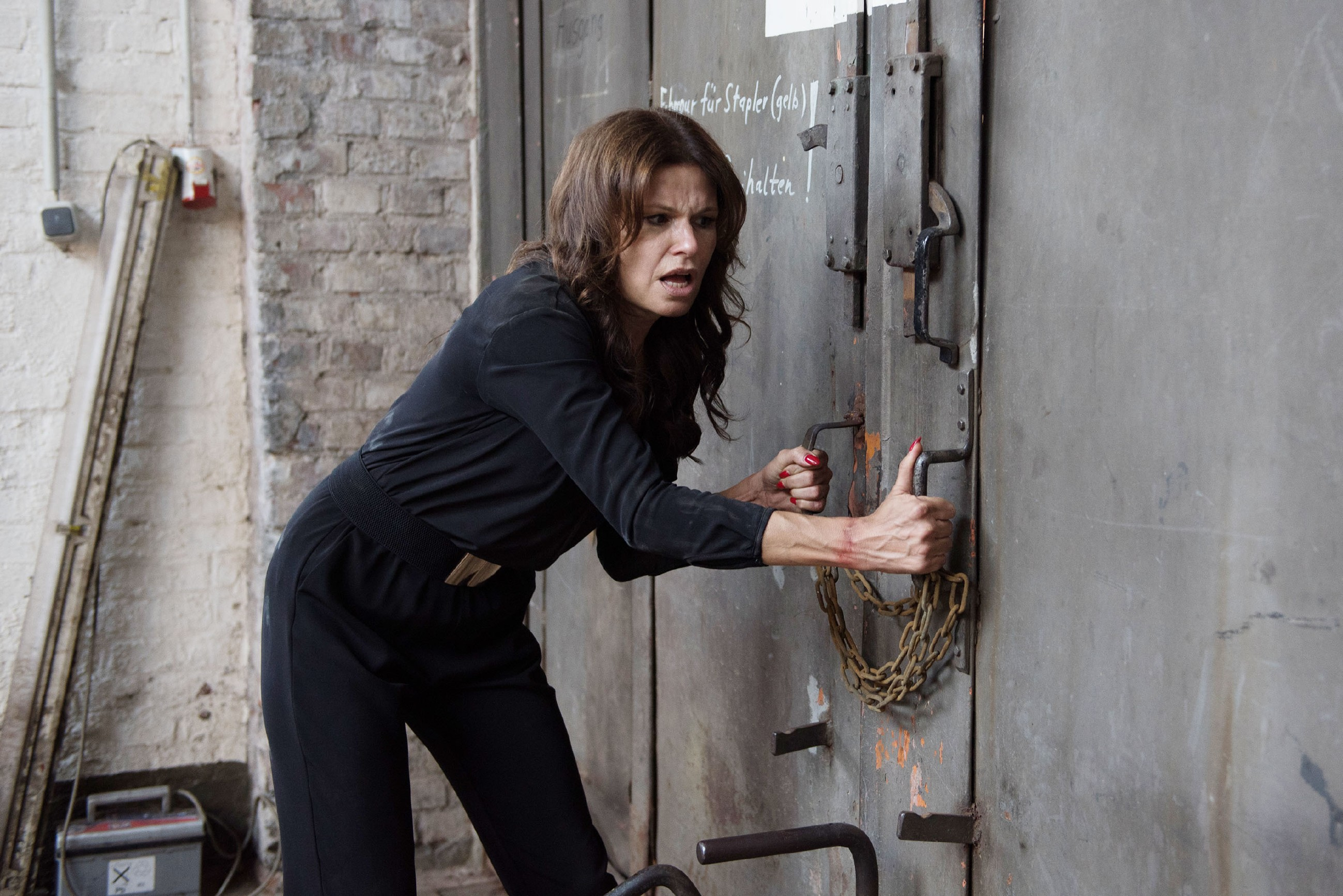 Britta (Tabea Heynig) bekommt durch den Kampf zwischen Easy und Schrader die Chance zu flüchten... (Quelle: © RTL / Stefan Behrens)