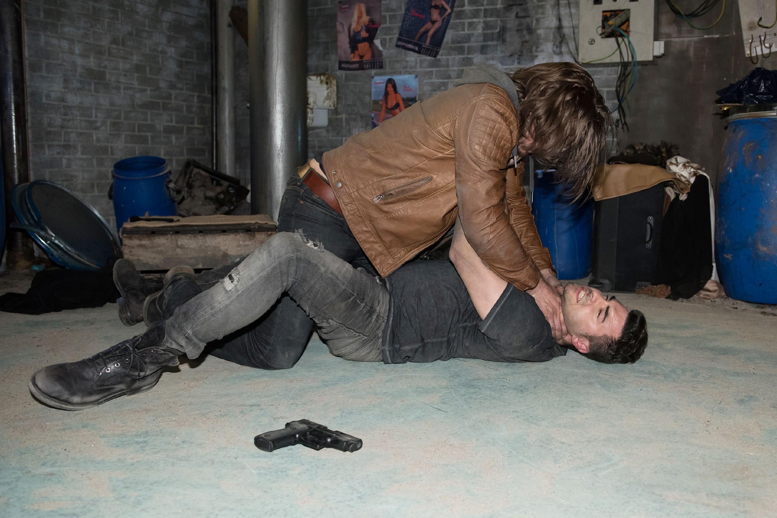 Easy (Lars Steinhöfel, unten) kämpft mit Schrader (Alexander Milz) um sein Leben und ermöglicht Britta so die Flucht...