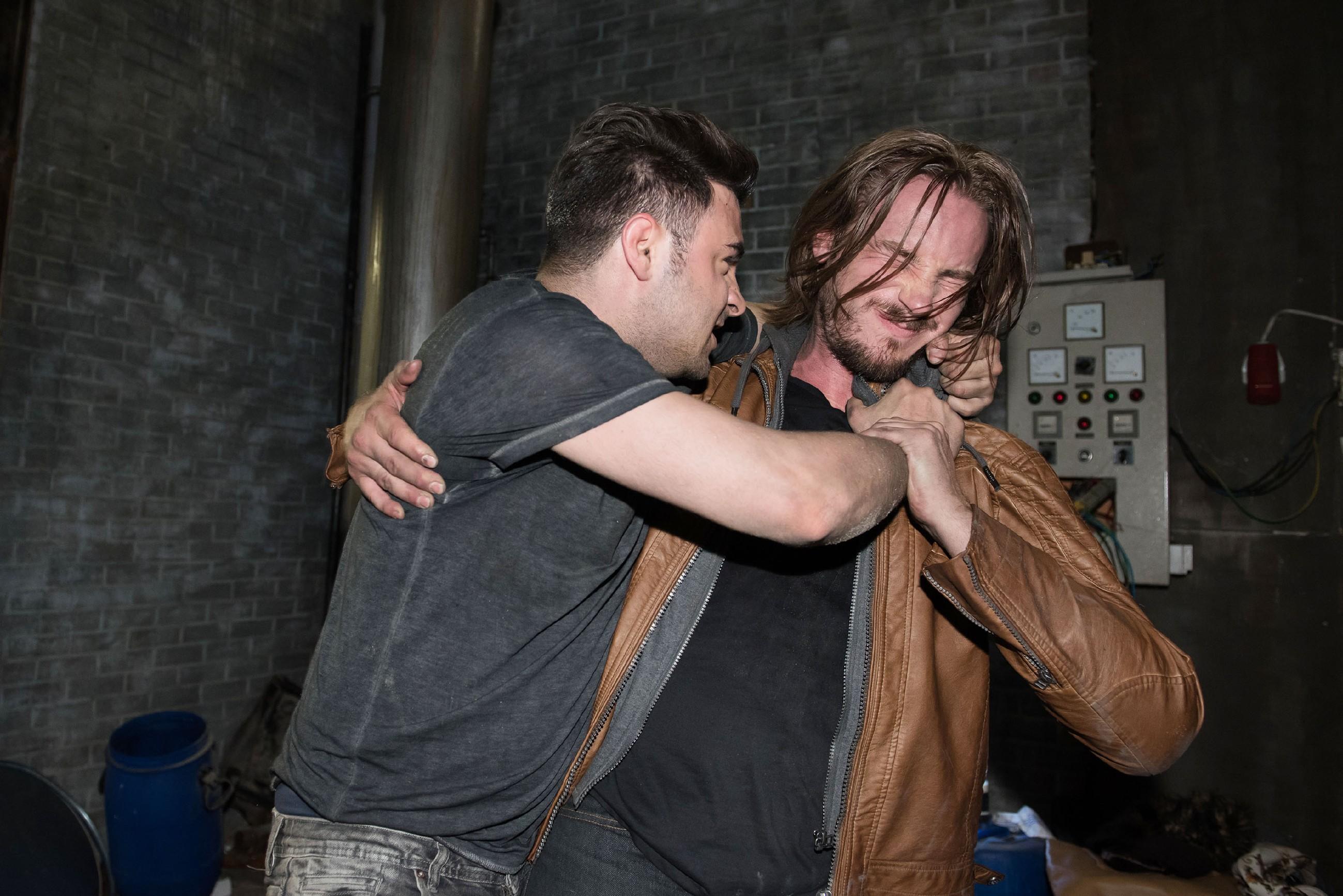 Easy (Lars Steinhöfel, l.) kämpft mit Schrader (Alexander Milz) um sein Leben und ermöglicht Britta so die Flucht...