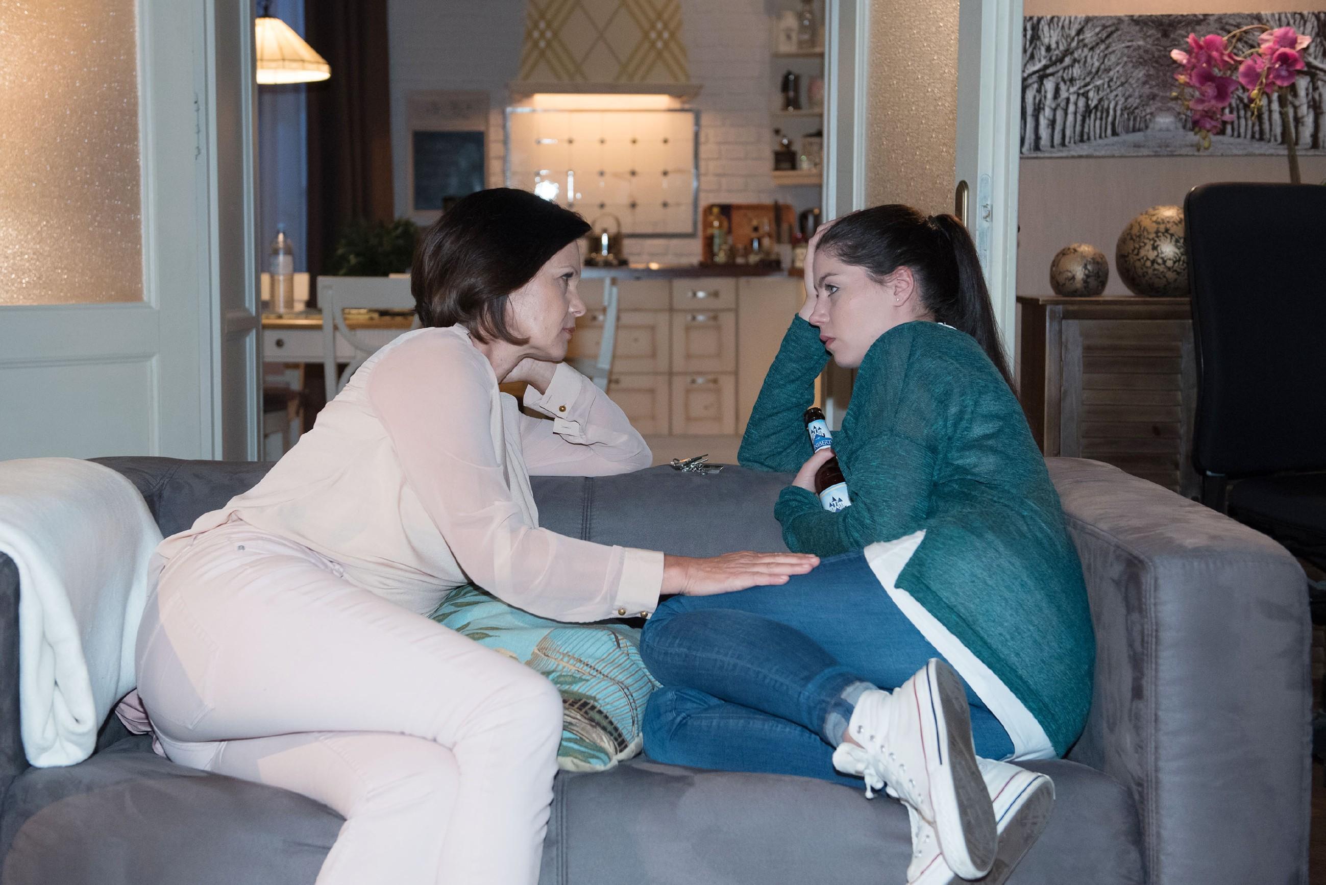 Sina (Valea Katharina Scalabrino, r.) wird von Irene (Petra Blossey) ermutigt, um ihre Beziehung zu kämpfen. (Quelle: RTL / Stefan Behrens)