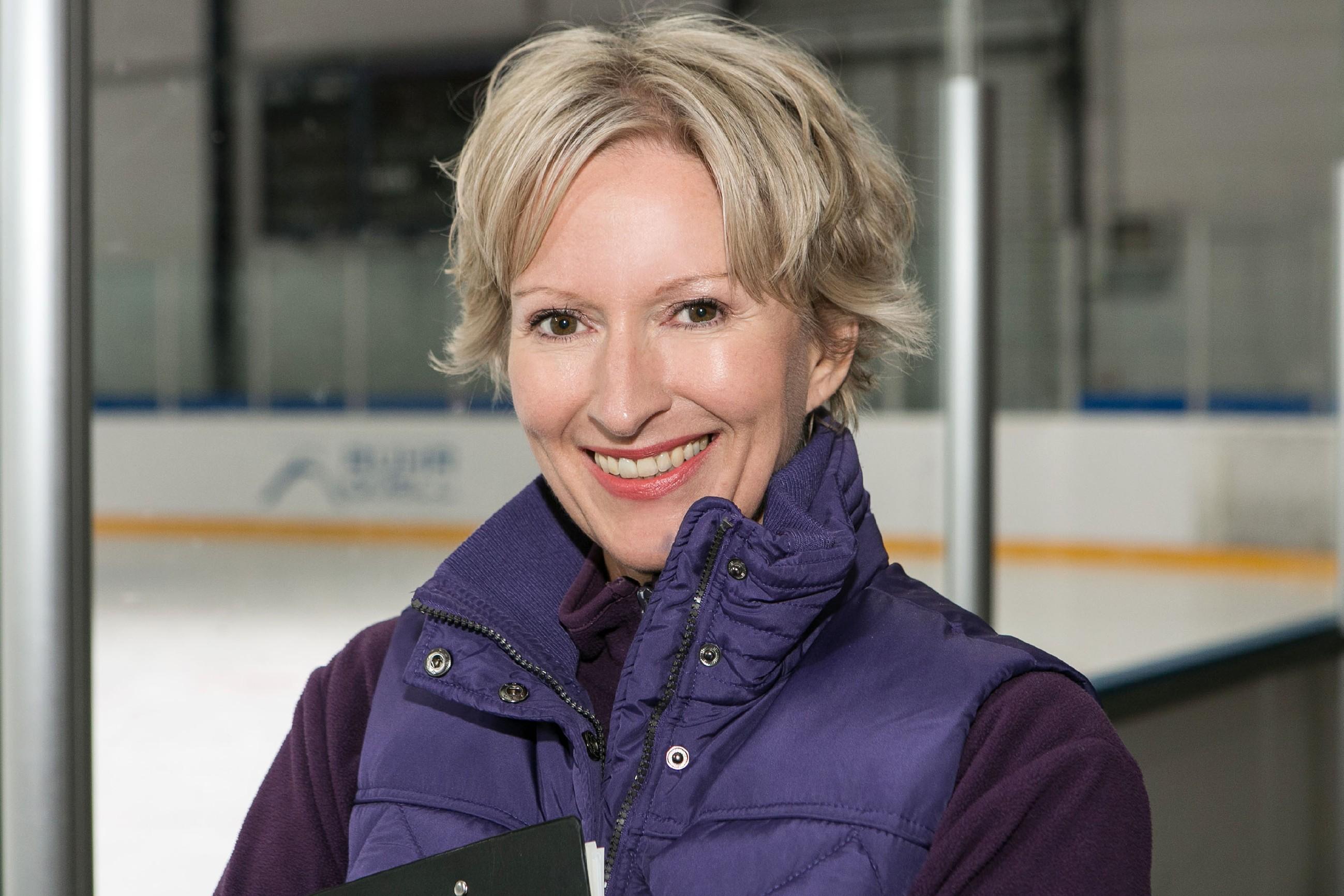 Neu dabei: Olivia Augustinski als Eislauf-Trainerin Caroline Retzmann (Quelle: © RTL / Kai Schulz)