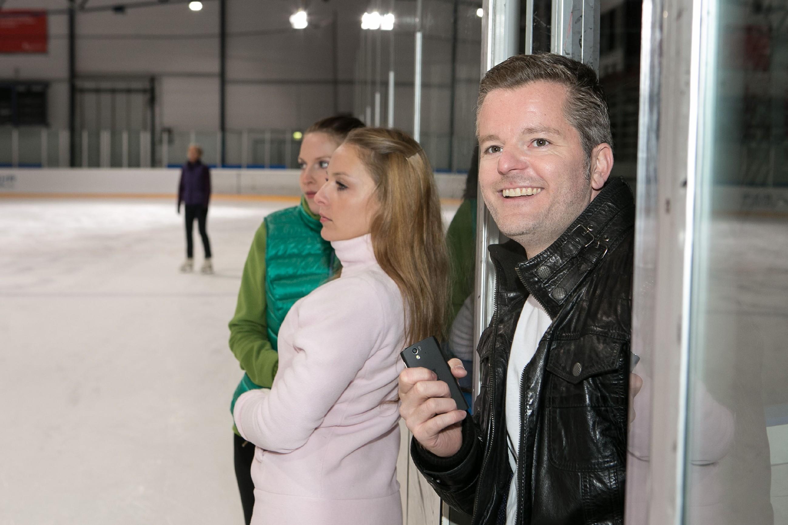 Ingo (André Dietz) verfolgt begeistert das Eislauf-Training seiner Schwester Marie. (Quelle: © RTL / Kai Schulz)