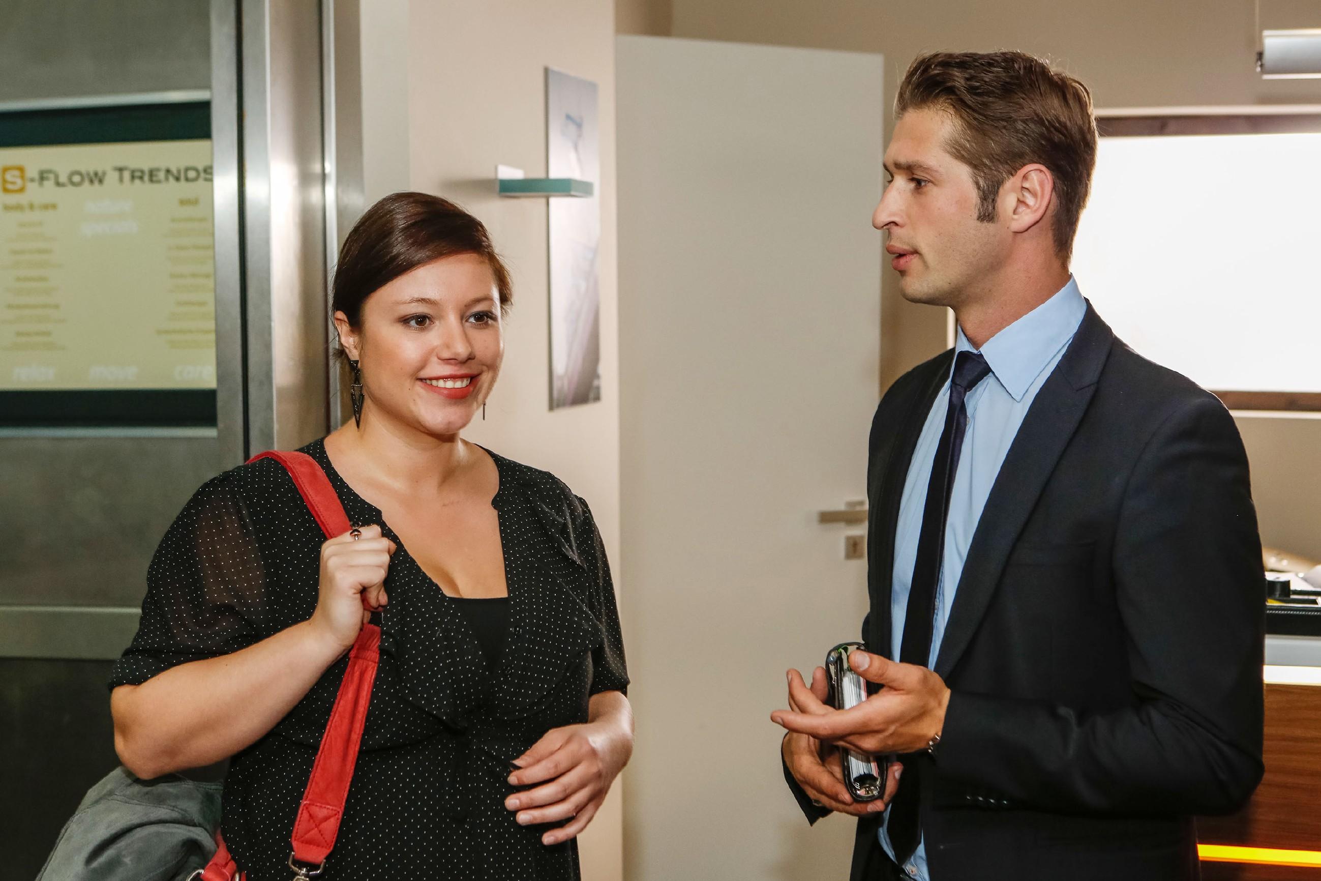 Vanessa (Julia Augustin) möchte Christoph im Büro überraschen, trifft aber dann aber leider nur auf Deniz (Igor Dolgatschew). (Quelle: © RTL / Kai Schulz)
