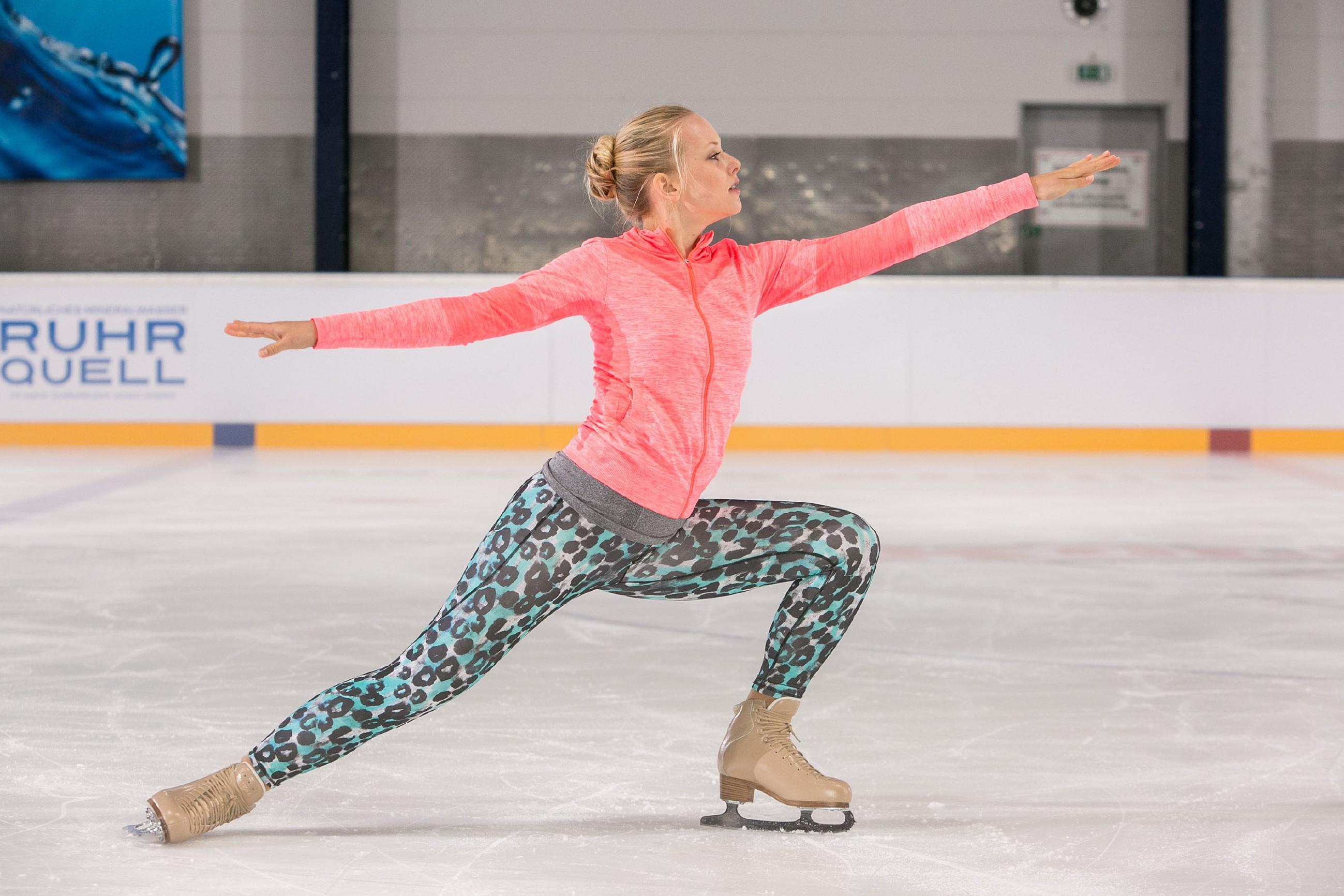 Marie (Judith Neumann) absolviert ihr Training auf dem Eis. (Quelle: © RTL / Kai Schulz)