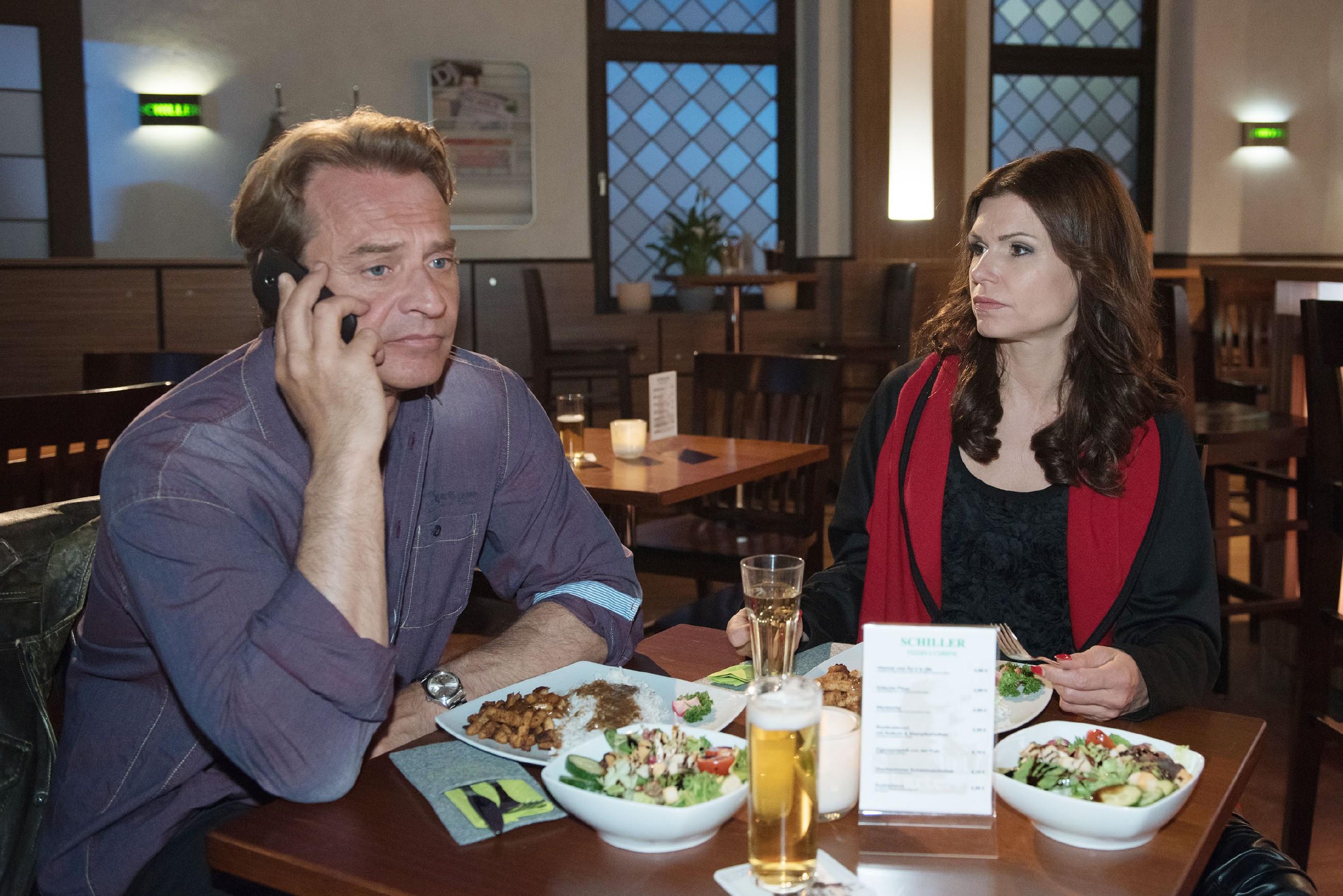 Rufus (Kai Noll) ist ernüchtert, als Lotta sein Date mit Britta (Tabea Heynig) erneut torpediert. (Quelle: © RTL / Stefan Behrens)