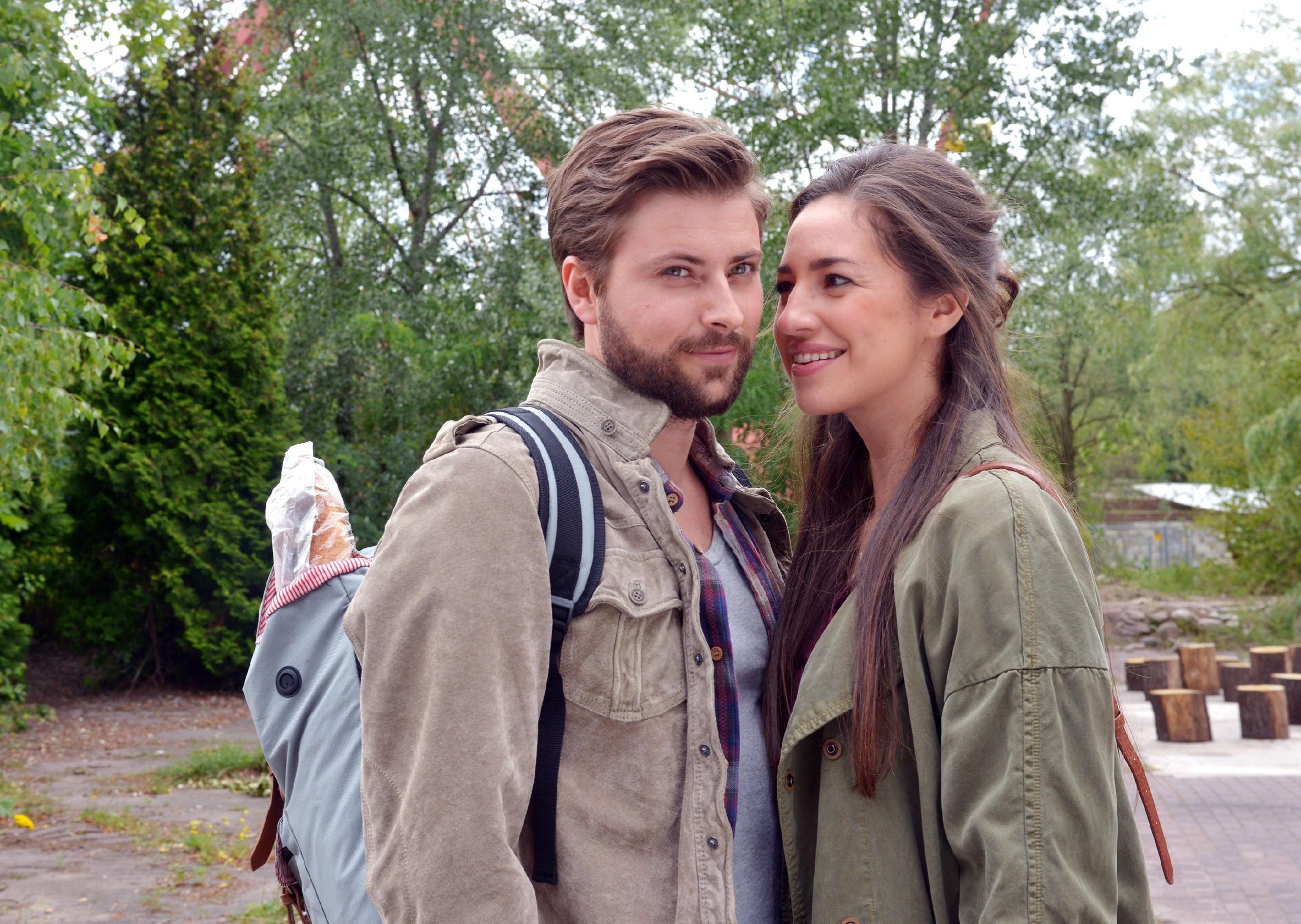 Ein romantischer Ausflug an einen See schweißt John (Felix von Jascheroff) und Elena (Elena Garcia Gerlach) noch enger zusammen. (Quelle: © RTL / Rolf Baumgartner)