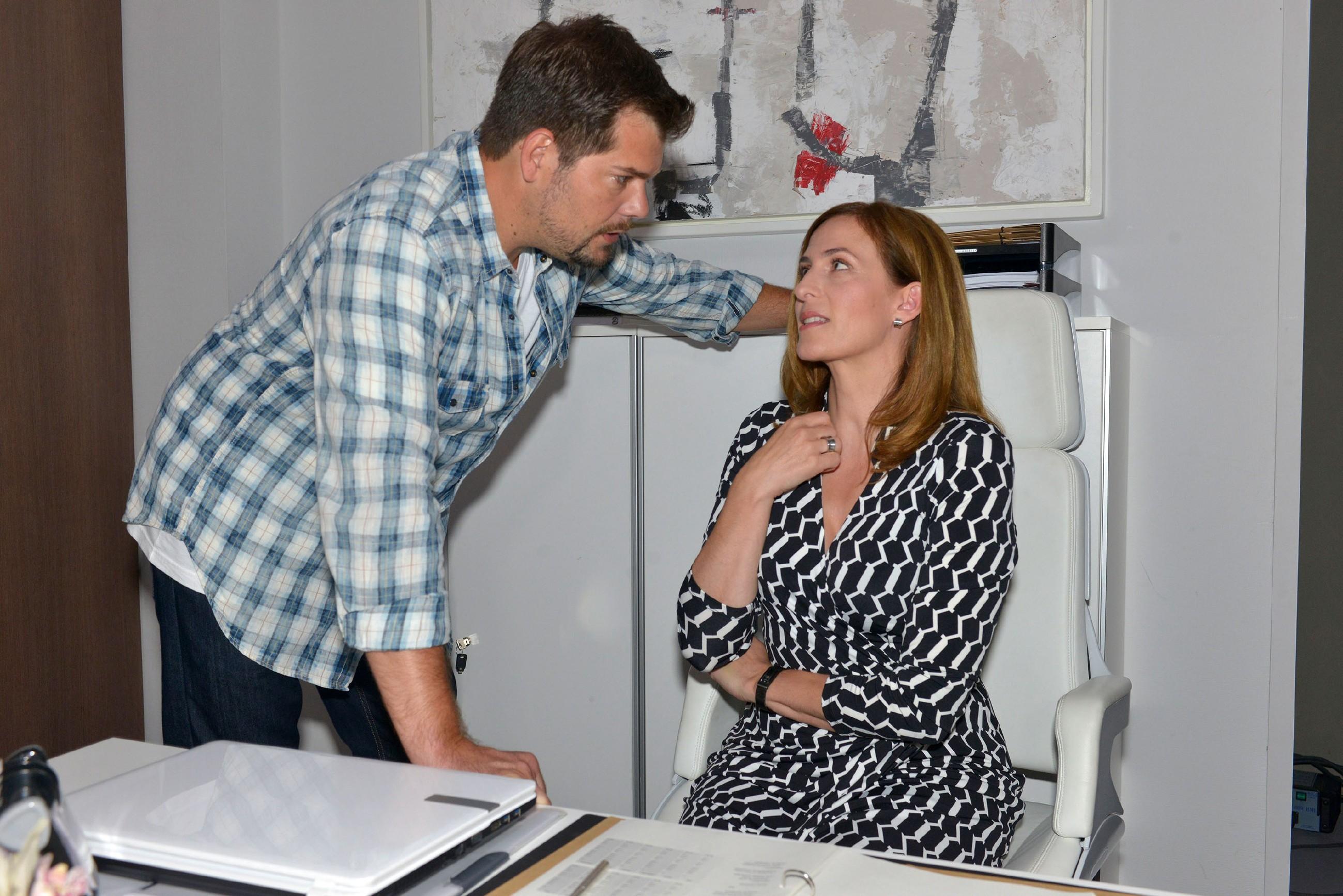 Als Leon (Daniel Fehlow) Katrin (Ulrike Frank) wegen Sophies Kündigung aufsucht, wird ihm klar, dass das Magazin, in dem auch sein Geld steckt, am Abgrund steht... (Quelle: © RTL / Rolf Baumgartner)