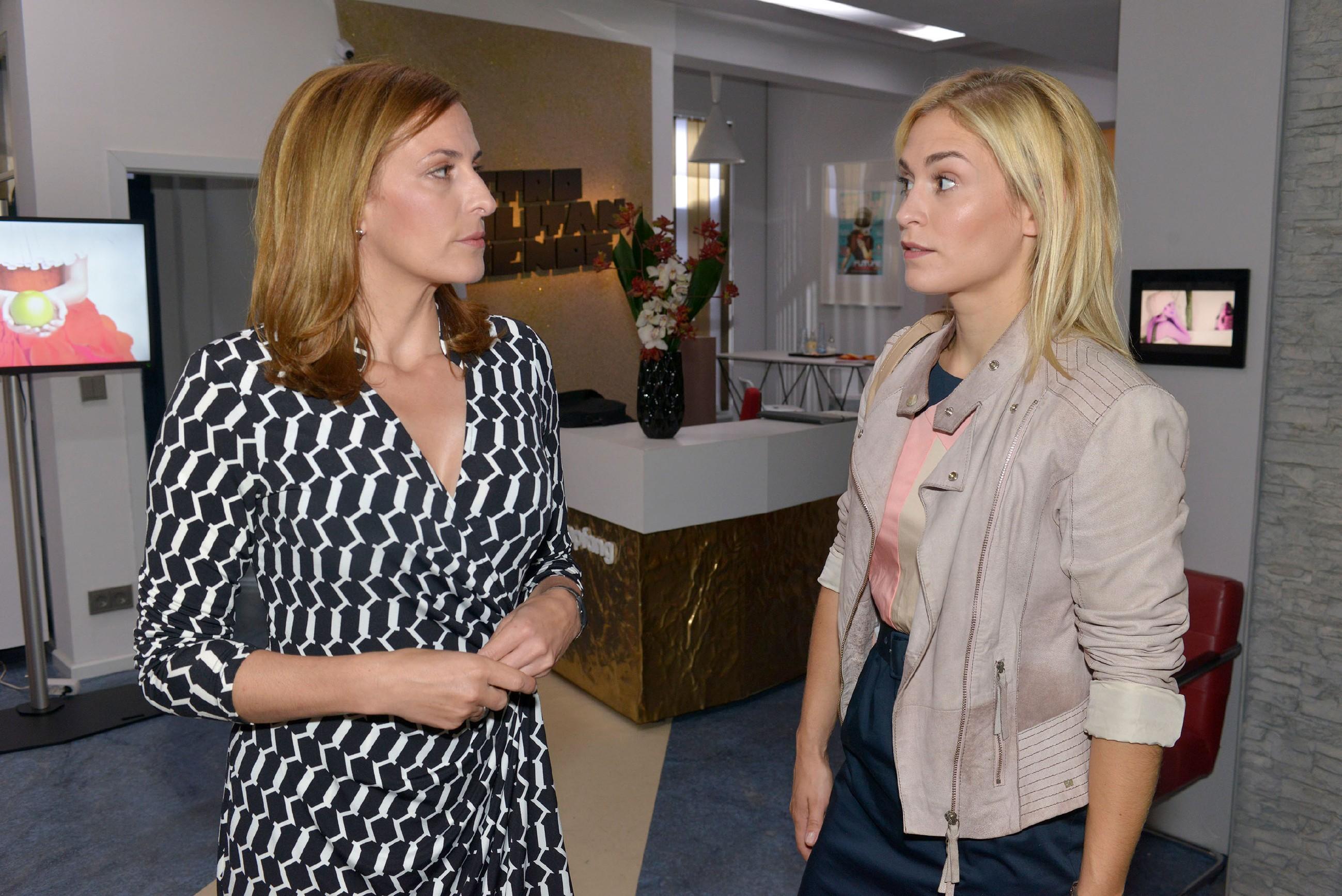 Sophie (Lea Marlen Woitack, r.) ist vor den Kopf gestoßen, als sie von Katrin (Ulrike Frank) sozusagen zur Praktikantin degradiert wird. (Quelle: © RTL / Rolf Baumgartner)