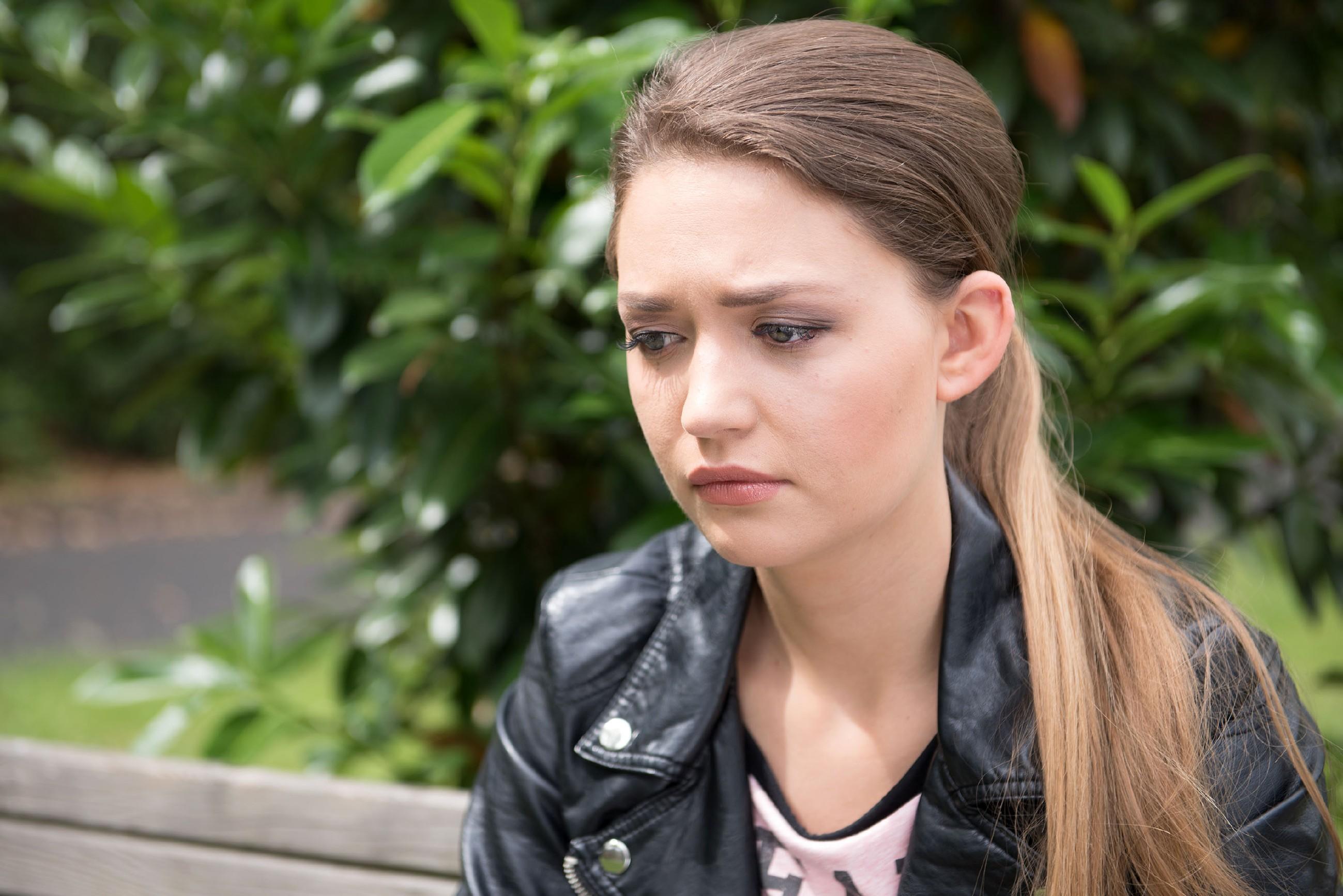Jule (Amrei Haardt) leidet unter ihrem Konflikt mit Caro und Malte und wird in diesem Zustand von Elli gefunden. (Quelle: © RTL / Stefan Behrens)