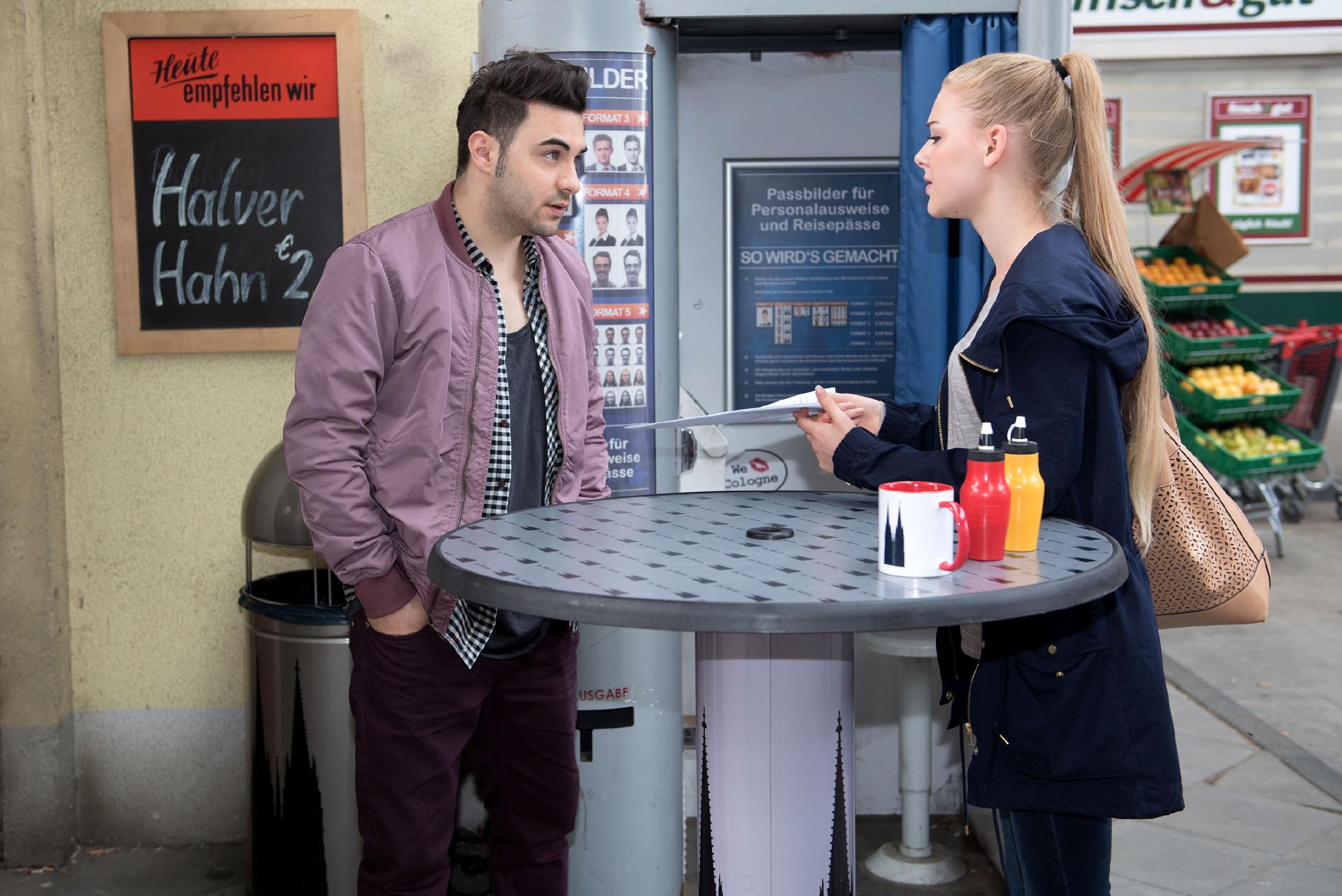 Fiona (Olivia Burkhart) bringt Easy (Lars Steinhöfel) mit ihrer Bitte um Hilfe in die Bredouille. (Quelle: © RTL / Stefan Behrens)