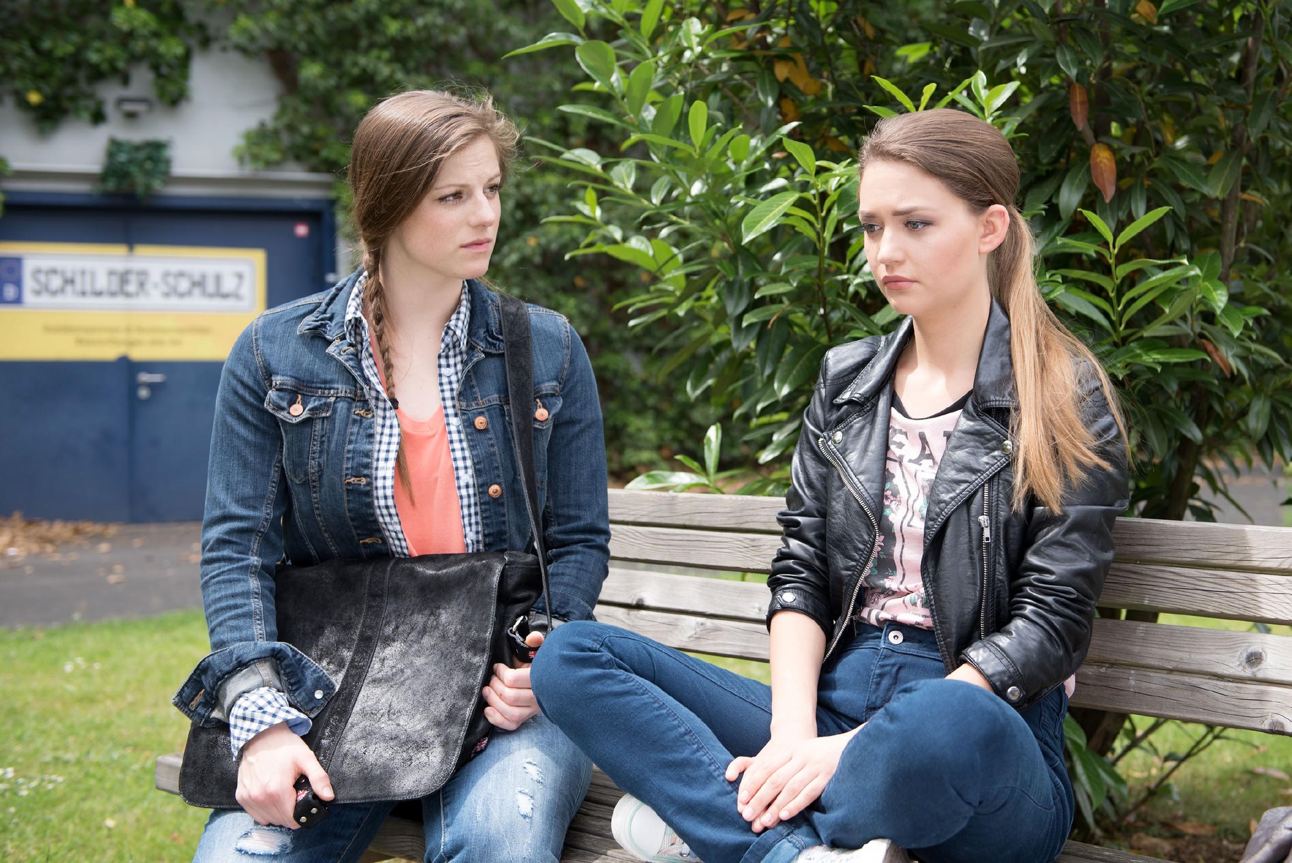 Elli (Nora Koppen, l.) sieht sich unerwartet mit Jules (Amrei Haardt) Notlage konfrontiert und beschließt, Jule mit in die WG zu nehmen. (Quelle: © RTL / Stefan Behrens)