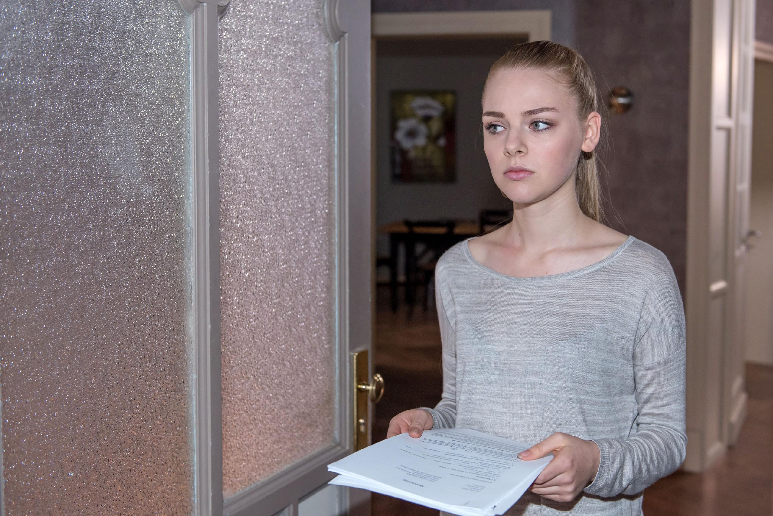 Fiona (Olivia Burkhart) gerät ins Grübeln, ob sie in Köln bleiben oder mit ihrem Geld in ein neues Leben starten soll. (Quelle: © RTL / Stefan Behrens)
