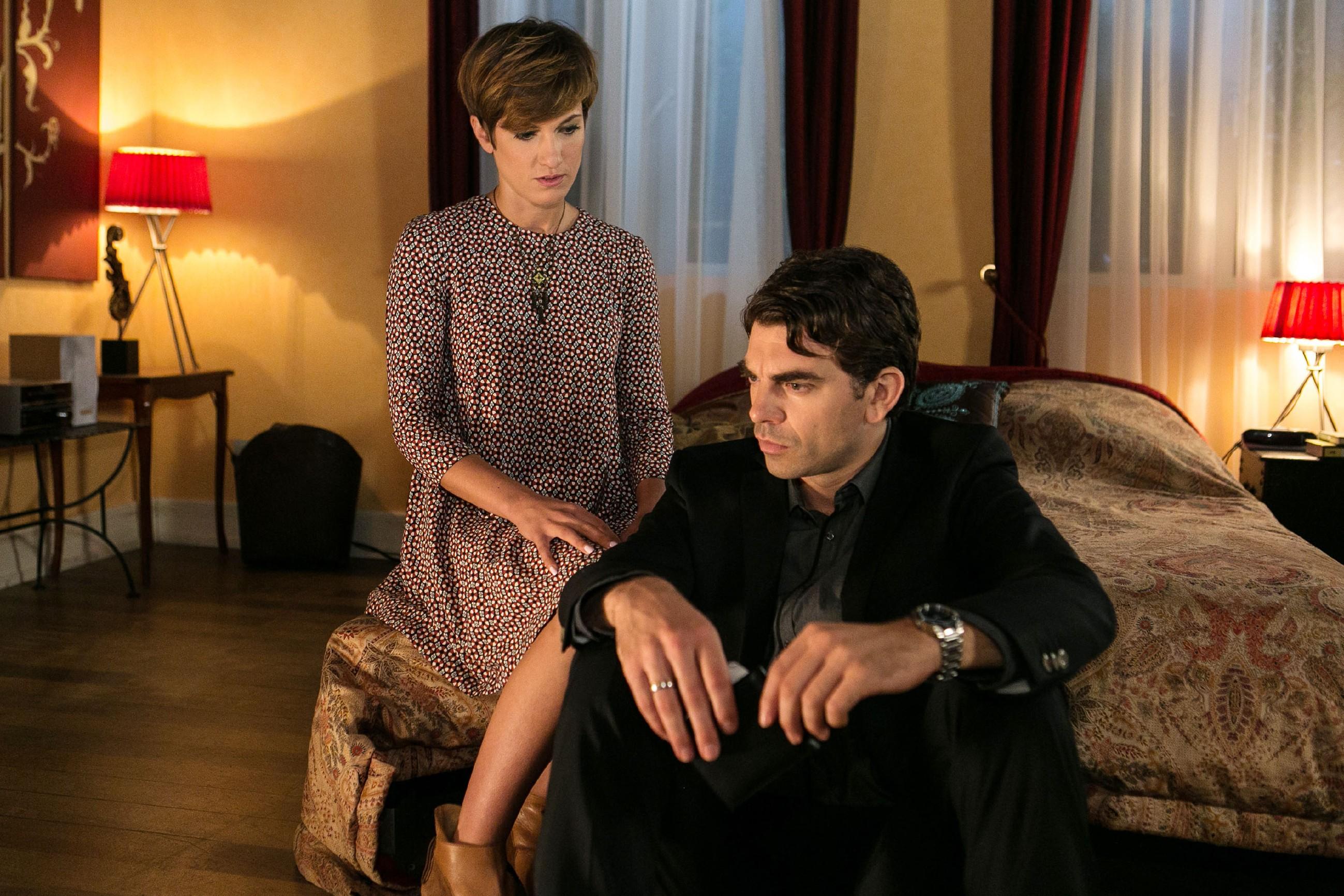 Pia (Isabell Horn) bringt Veit (Carsten Clemens) dazu, sich ihr zu öffnen und ihr sein düsteres Geheimnis anzuvertrauen. (Quelle: © RTL / Kai Schulz)