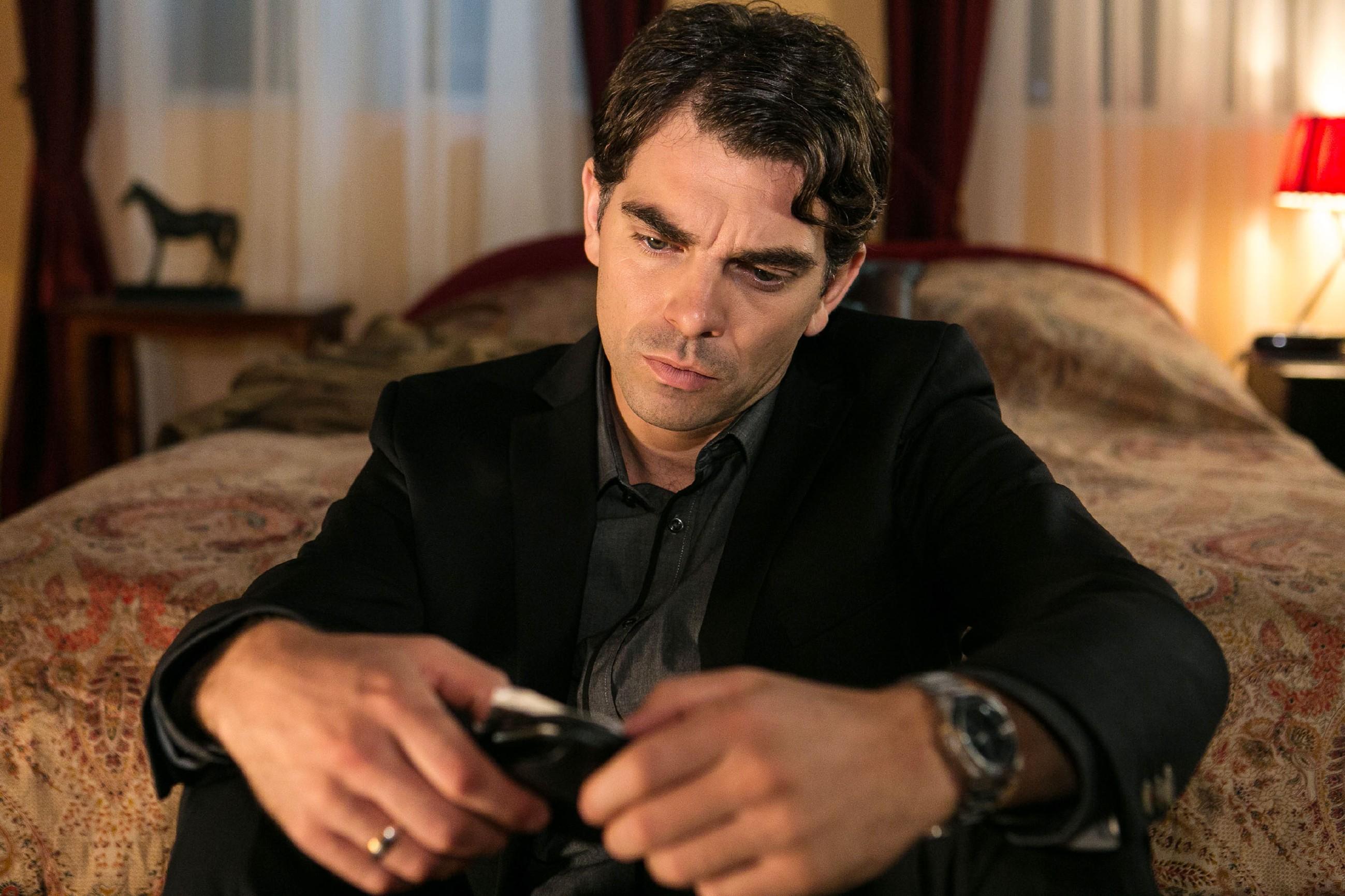 Veit (Carsten Clemens) wird von den Erinnerungen an den schrecklichen Unfalltod seiner großen Liebe Emma eingeholt. (Quelle: © RTL / Kai Schulz)