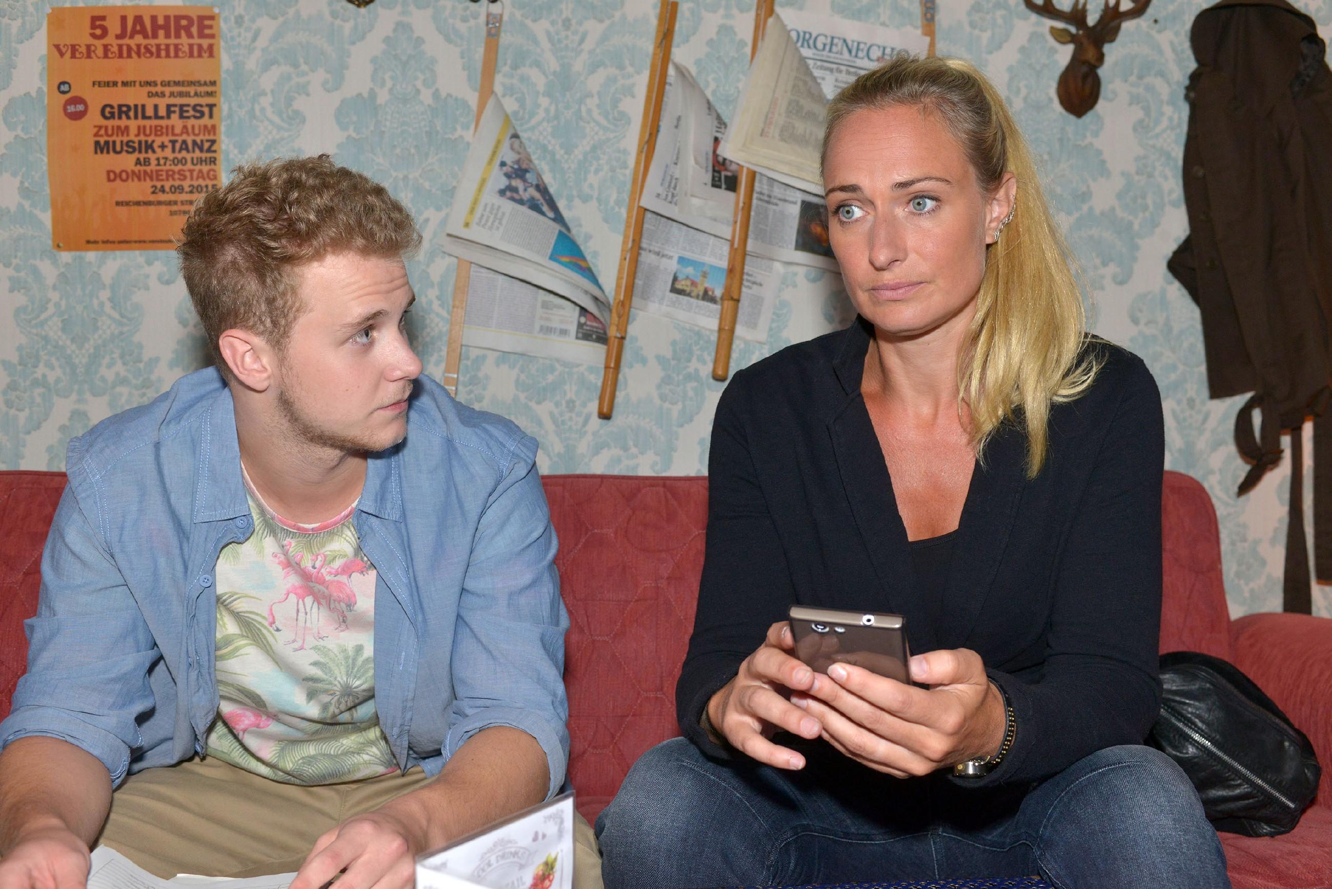 Jonas (Felix van Deventer) spürt, wie sehr Maren (Eva Mona Rodekirchen) unter dem Bruch mit Lilly leidet. (Quelle: © RTL / Rolf Baumgartner)