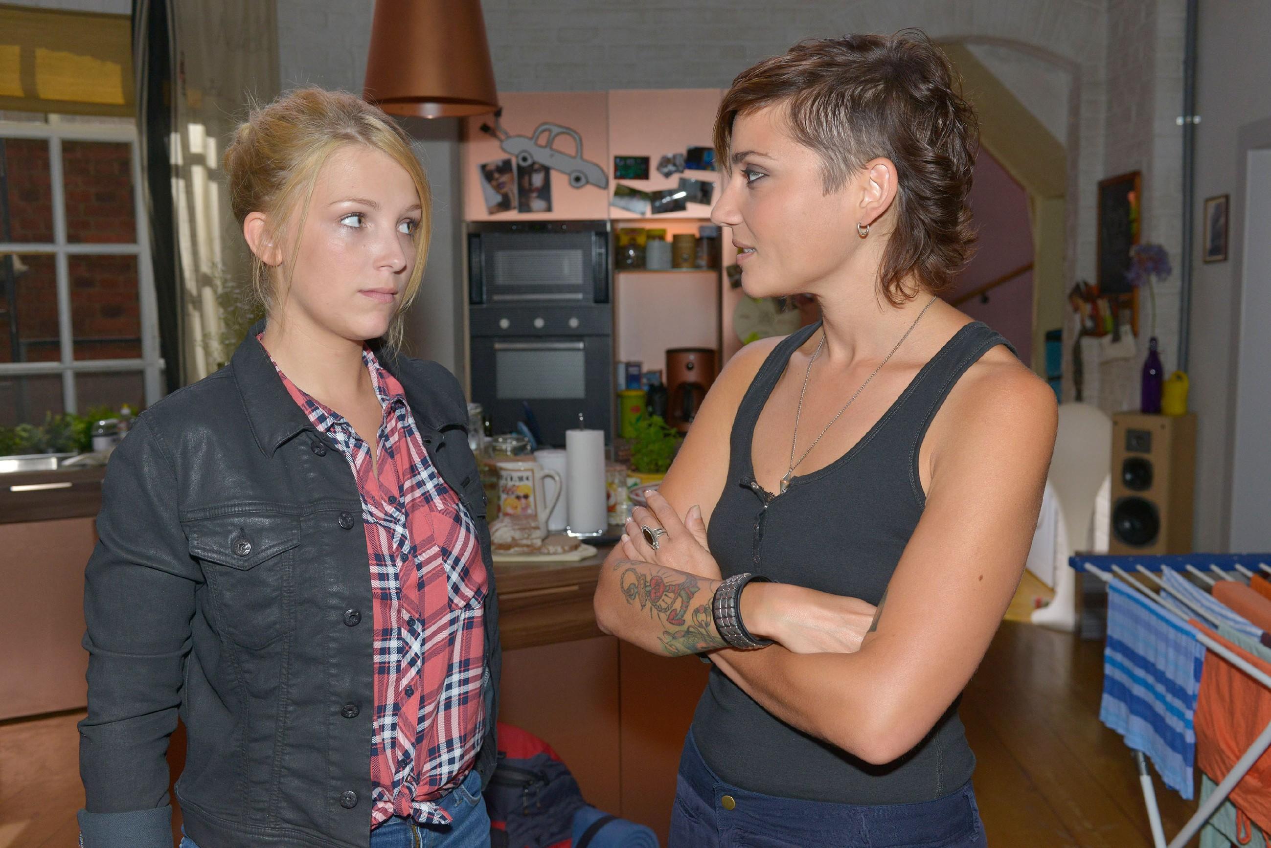 Lilly (Iris Mareike Steen, l.) zeigt sich Anni (Linda Marlen Runge) gegenüber fest entschlossen, Amar in den Niederlanden zu suchen. (Quelle: © RTL / Rolf Baumgartner)