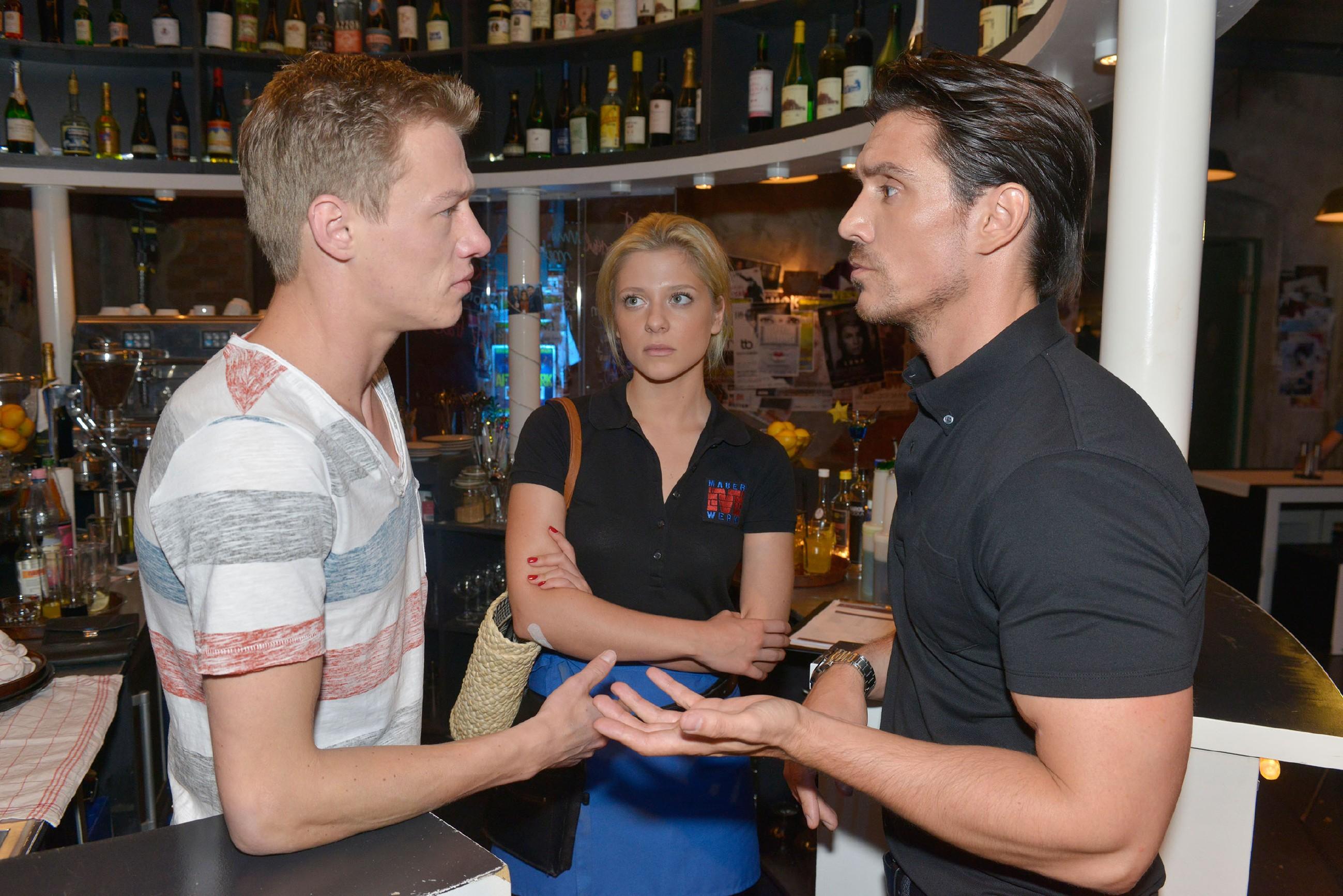 Sunny (Valentina Pahde) ist beeindruckt, als Vince (Vincent Krüger, l.) sie vor David (Philipp Christopher) verteidigt. (Quelle: © RTL / Rolf Baumgartner)