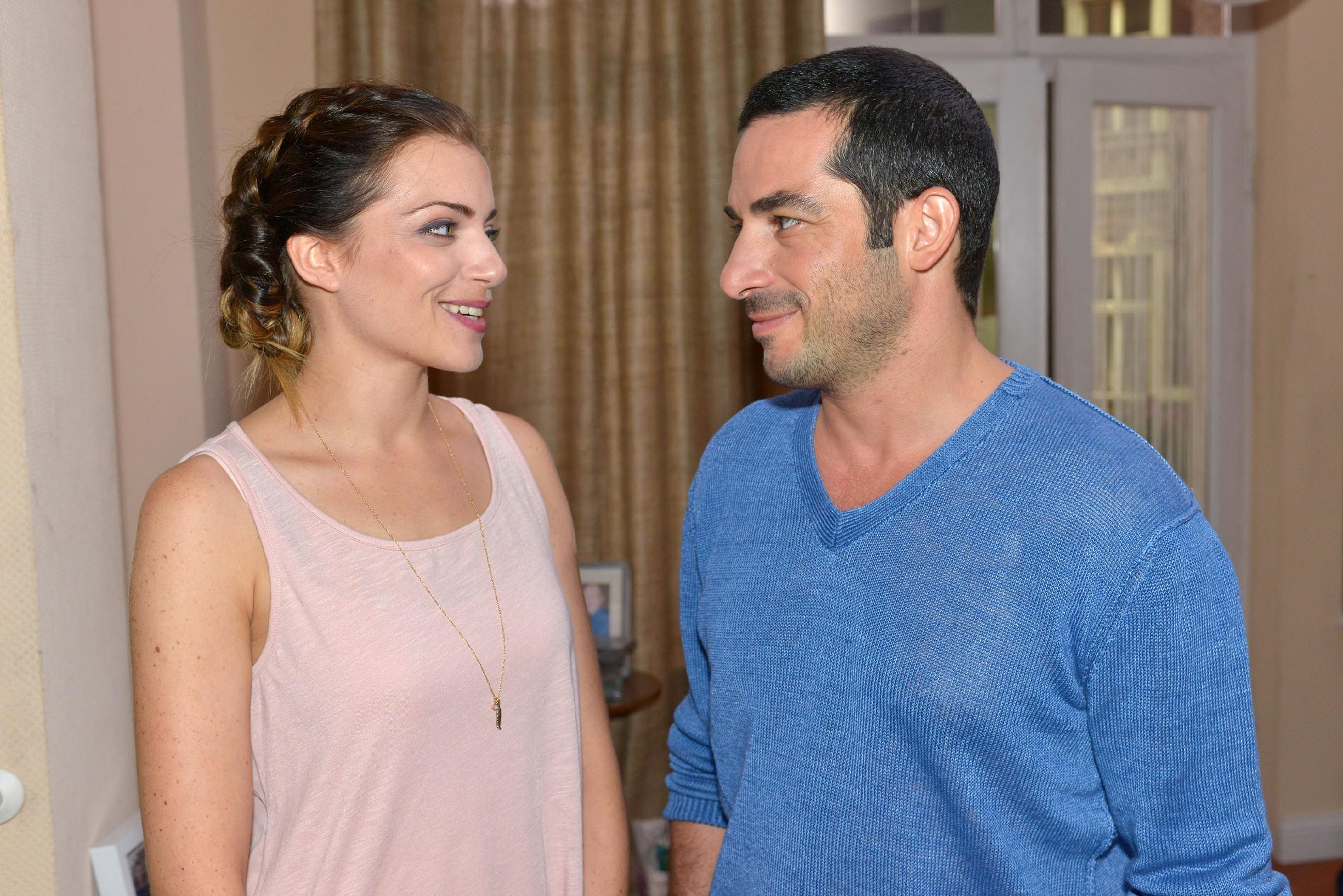 Emily (Anne Menden) freut sich über Tayfuns (Tayfun Baydar) Kompliment, eine gute Mutter für Kate zu sein. (Quelle: © RTL / Rolf Baumgartner)