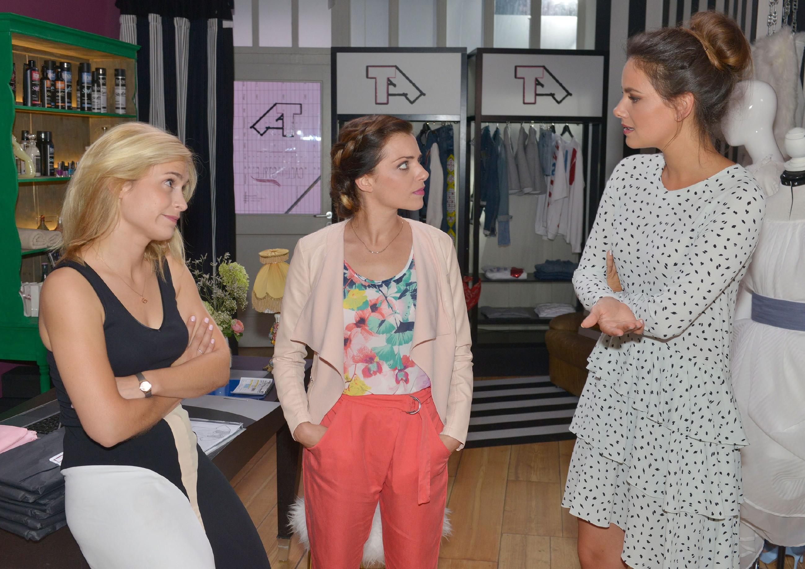 """Als Sophie (Lea Marlen Woitack, l.), Emily (Anne Menden, M.) und Jasmin (Janina Uhse) über ihre Rollen bei """"Tussi Attack""""diskutieren, droht ein Zicken-Krieg... (Quelle: © RTL / Rolf Baumgartner)"""