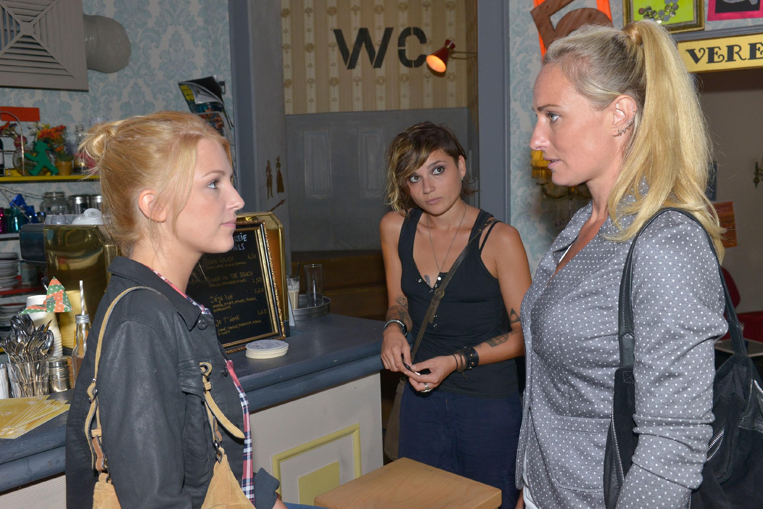 Anni (Linda Marlen Runge, M.) muss mitansehen, wie Lilly (Iris Mareike Steen, l.) ihrer Mutter Maren (Eva Mona Rodekirchen) eine bitterböse Ansage macht... (Quelle: © RTL / Rolf Baumgartner)