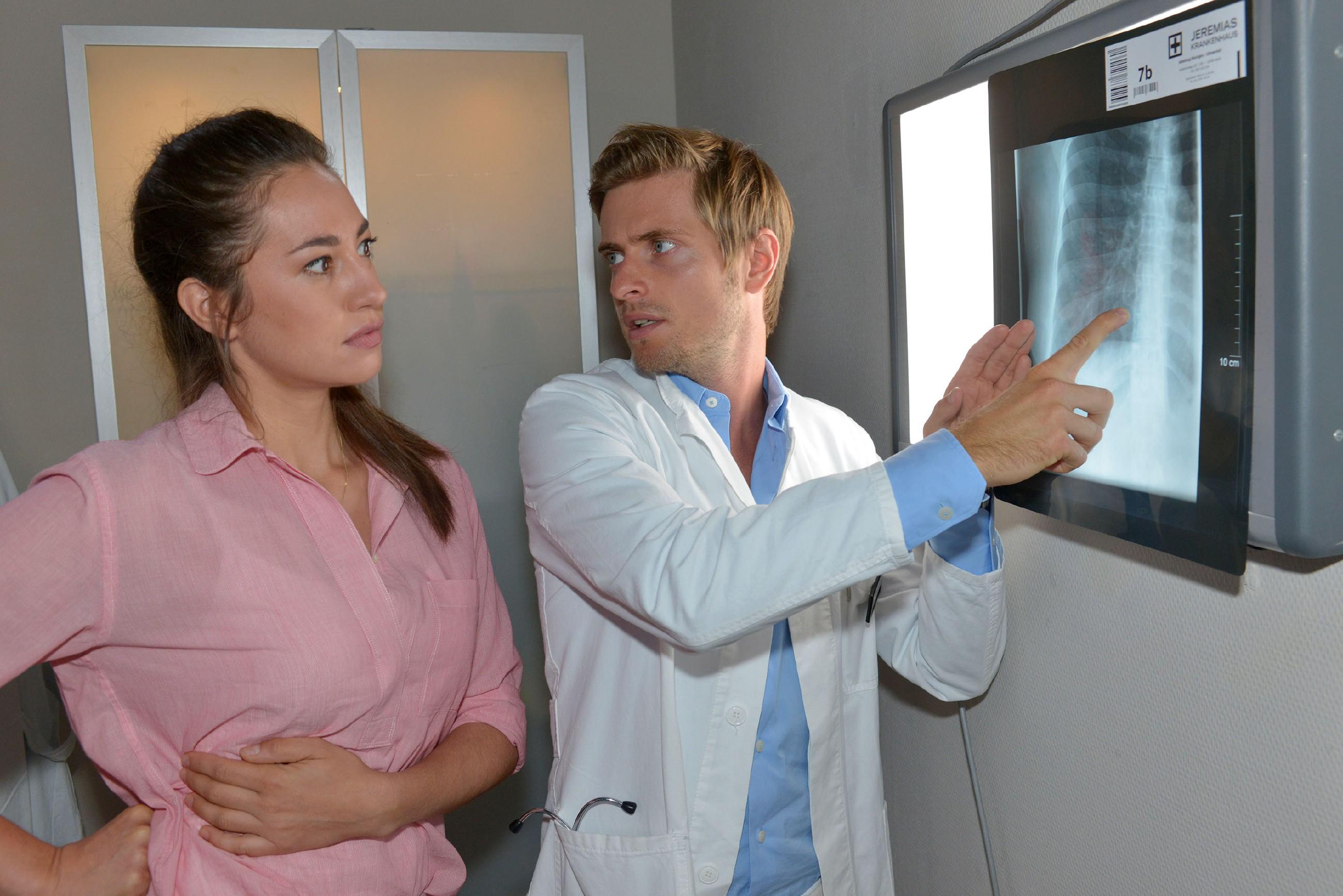 Als Elena (Elena Garcia Gerlach) nach einem kleinen Unfall bei Philip (Jörn Schlönvoigt) im Krankenhaus landet, fühlt sie sich schäbig, Philip weiterhin belügen zu müssen. (Quelle: © RTL / Rolf Baumgartner)
