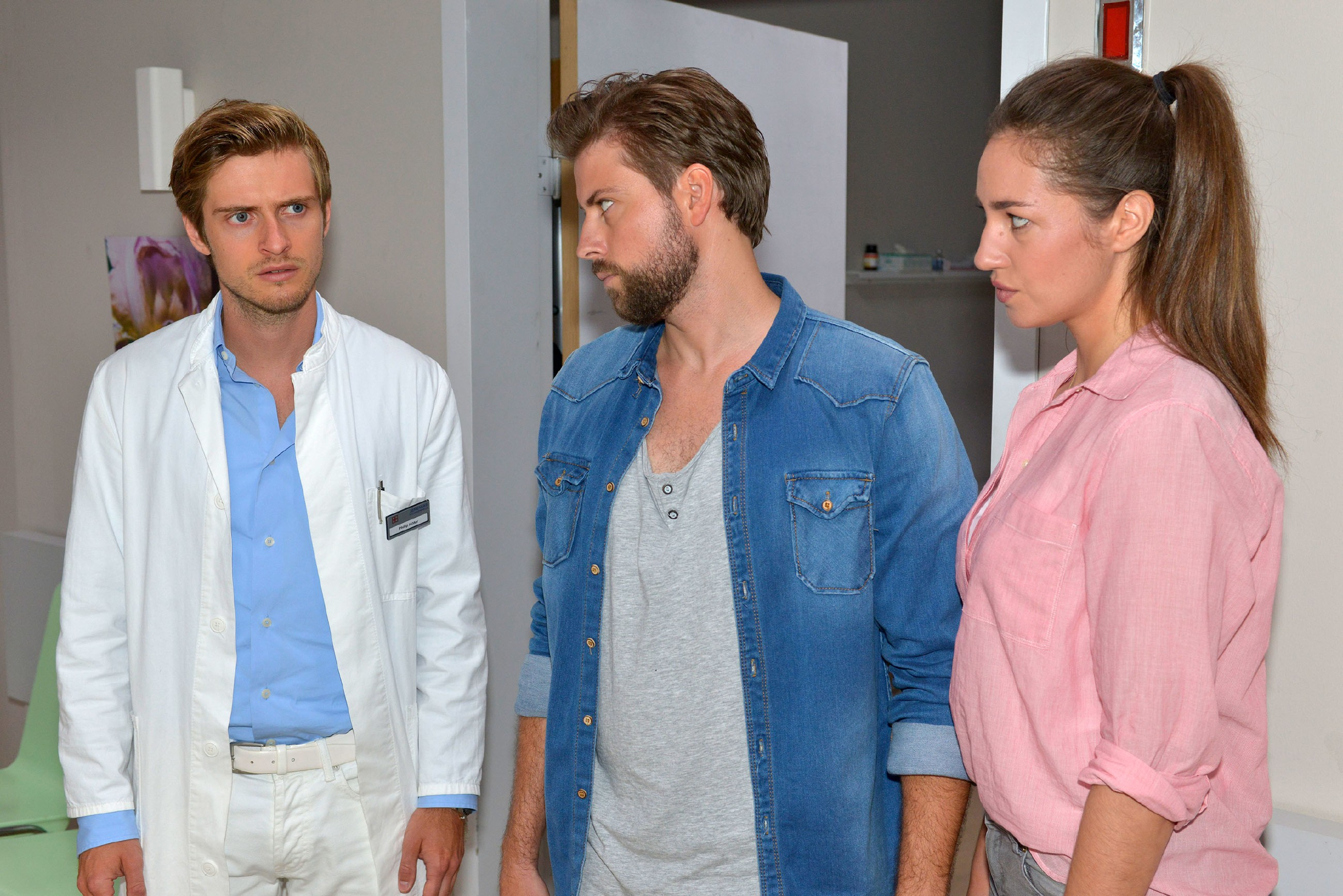 Philip (Jörn Schlönvoigt, l.) erfährt geschockt, dass es sich bei Elenas (Elena Garcia Gerlach) neuem Freund ausgerechnet um John (Felix von Jascheroff) handelt... (Quelle: © RTL / Rolf Baumgartner)