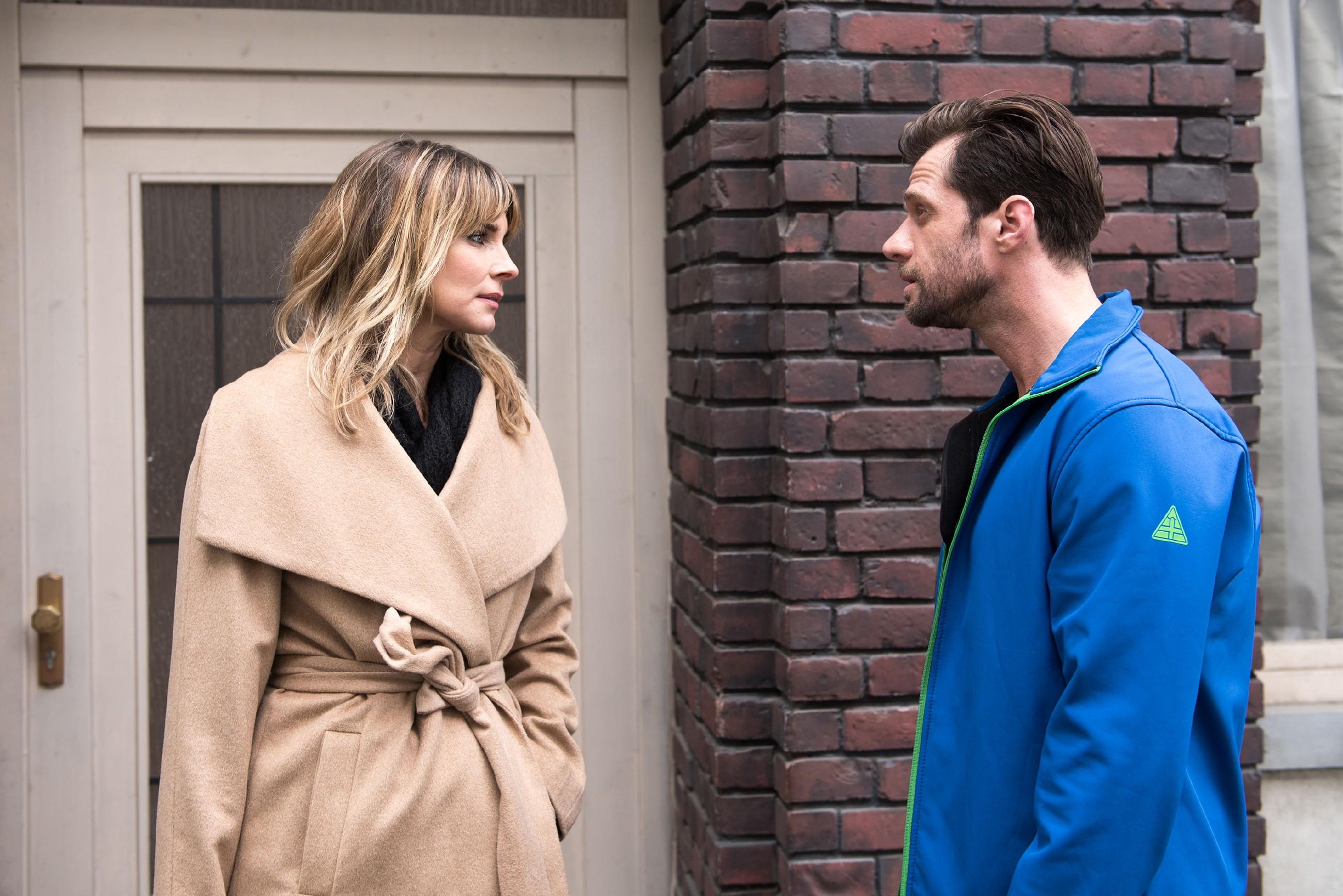 Henning (Benjamin Kiss) ist sauer und wirft Eva (Claudelle Deckert) vor, Ute zu einem Kleinkrieg mit Schätzke anzustacheln. (Quelle: © RTL / Stefan Behrens)