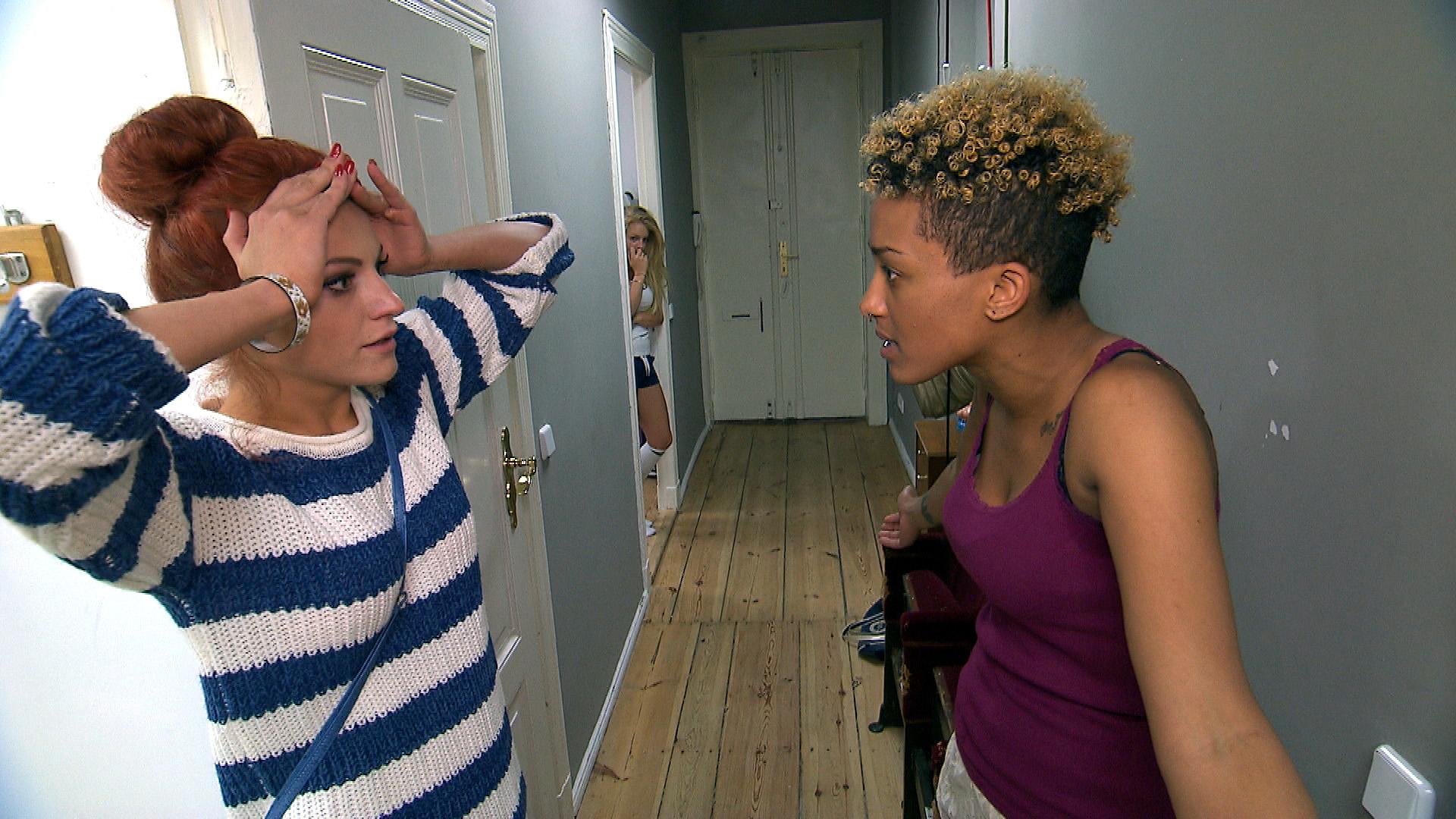 Melissa (re.)  hat Sarahs Affäre auffliegen lassen und ist sich sicher, das Richtige getan zu haben. Doch dann wird sie von Miri verunsichert und sucht noch einmal das Gespräch mit Sarah (re.) (Quelle: RTL 2)