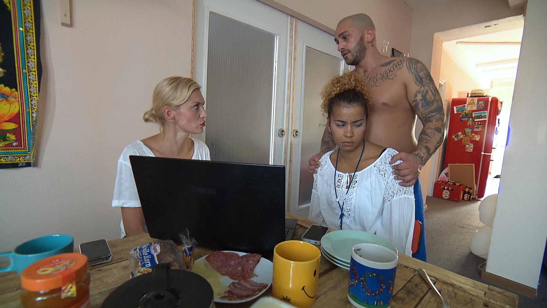 Sam (re.) bekommt einen Anruf von ihrem Eventmanager, der ihr aus nicht genanntem Grund absagt, während Ela (li.) eine Zusage erhält. Wenig später besuchen sie ihn, um ihn umzustimmen, doch er bleibt bei seiner Entscheidung: Er befürchtet, dass Sam ein Alkoholproblem hat und zeigt ihr das Video von Annas Abi-Feier. (Quelle: RTL 2)