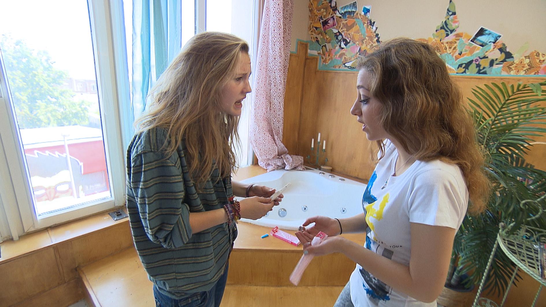 Eigentlich wollte Elli (re.) ihren ersten Ferientag mit ihren Freunden genießen, doch dann befürchtet Lotte, schwanger zu sein. Elli kümmert sich um Lotte und besorgt ihr einen Schwangerschaftstest, was Paul mitbekommt. (Quelle: RTL 2)
