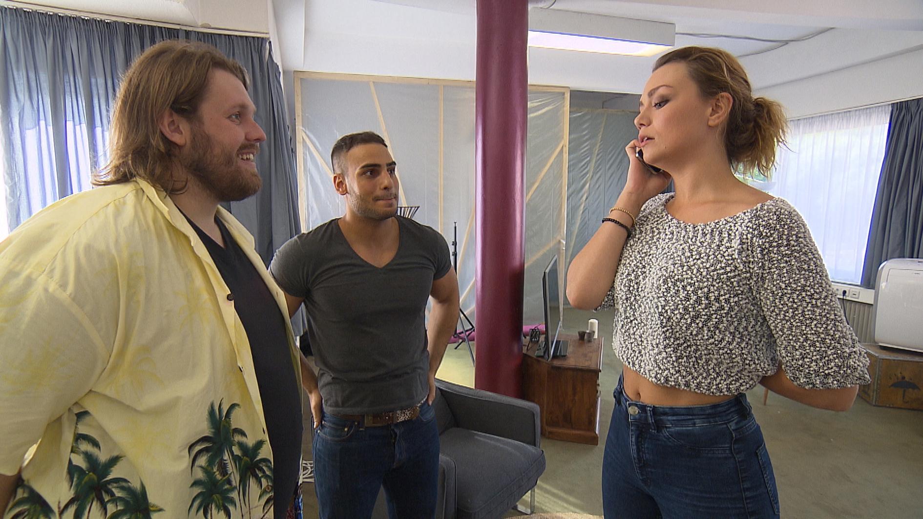 Jan (li.) will Laura (re.) auf seine Seite ziehen, damit Joleen überstimmt wird und Cem (Mitte) als Zwischenmieter akzeptieren muss. (Quelle: RTL 2)