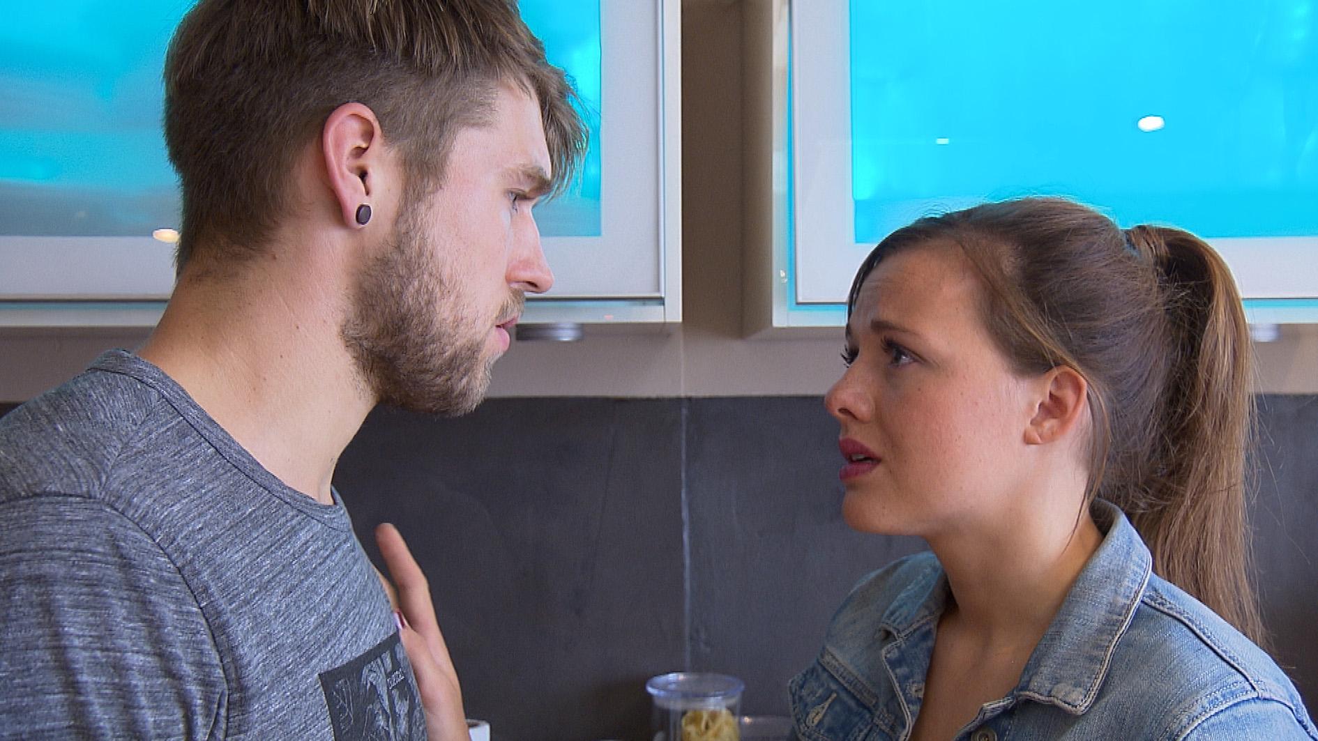 Als Anna aus Berlin zurückkommt, weiß sie noch immer nicht, wie es mit ihr und Chris weitergehen soll. Sie sucht das Gespräch mit Chris, der die Beziehung jedoch infrage stellt. (Quelle: RTL 2)