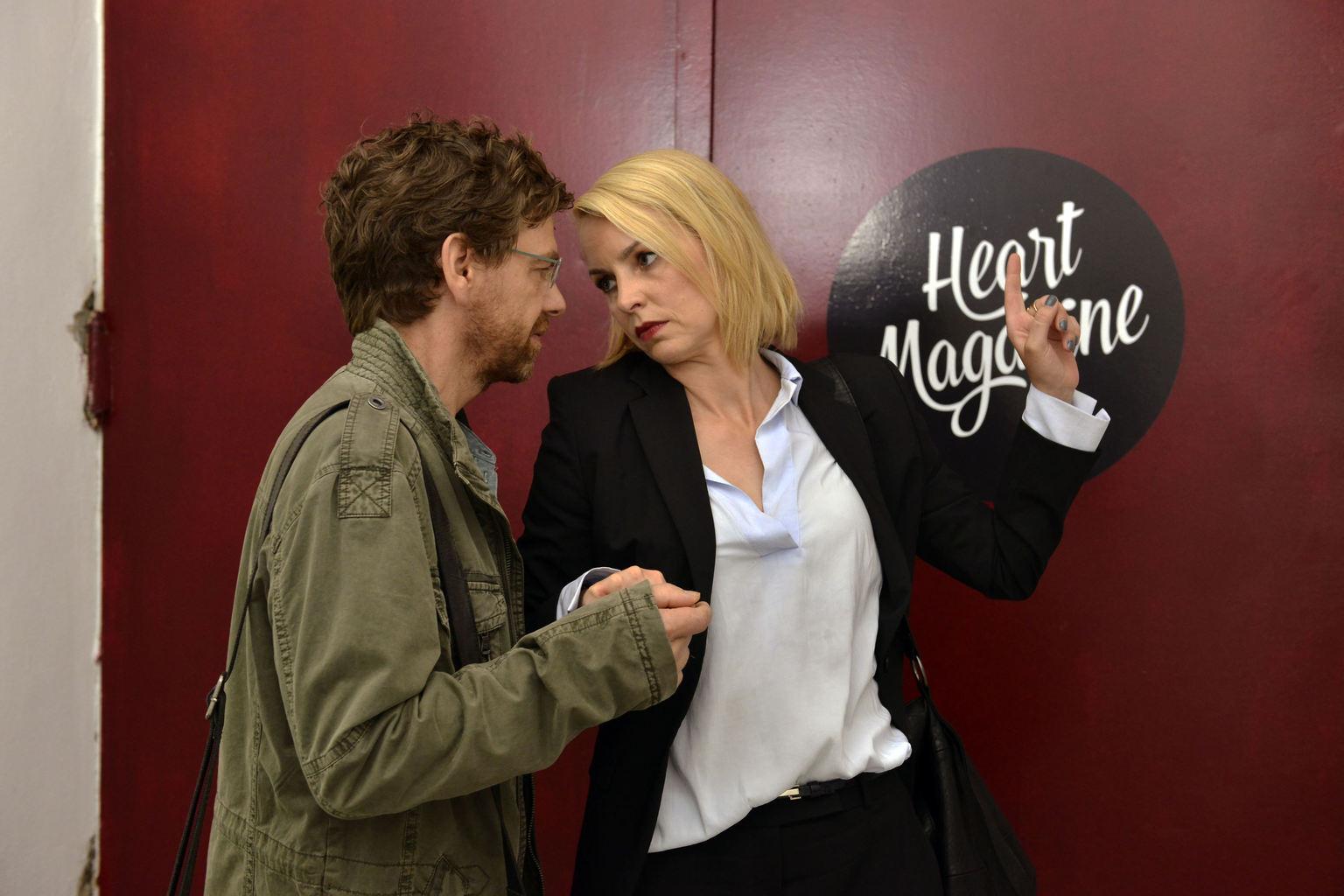 Was läuft zwischen Rudi (Andreas Nickl, l.) und Theresa (Simone Hanselmann, r.)? (Quelle: Sat 1)
