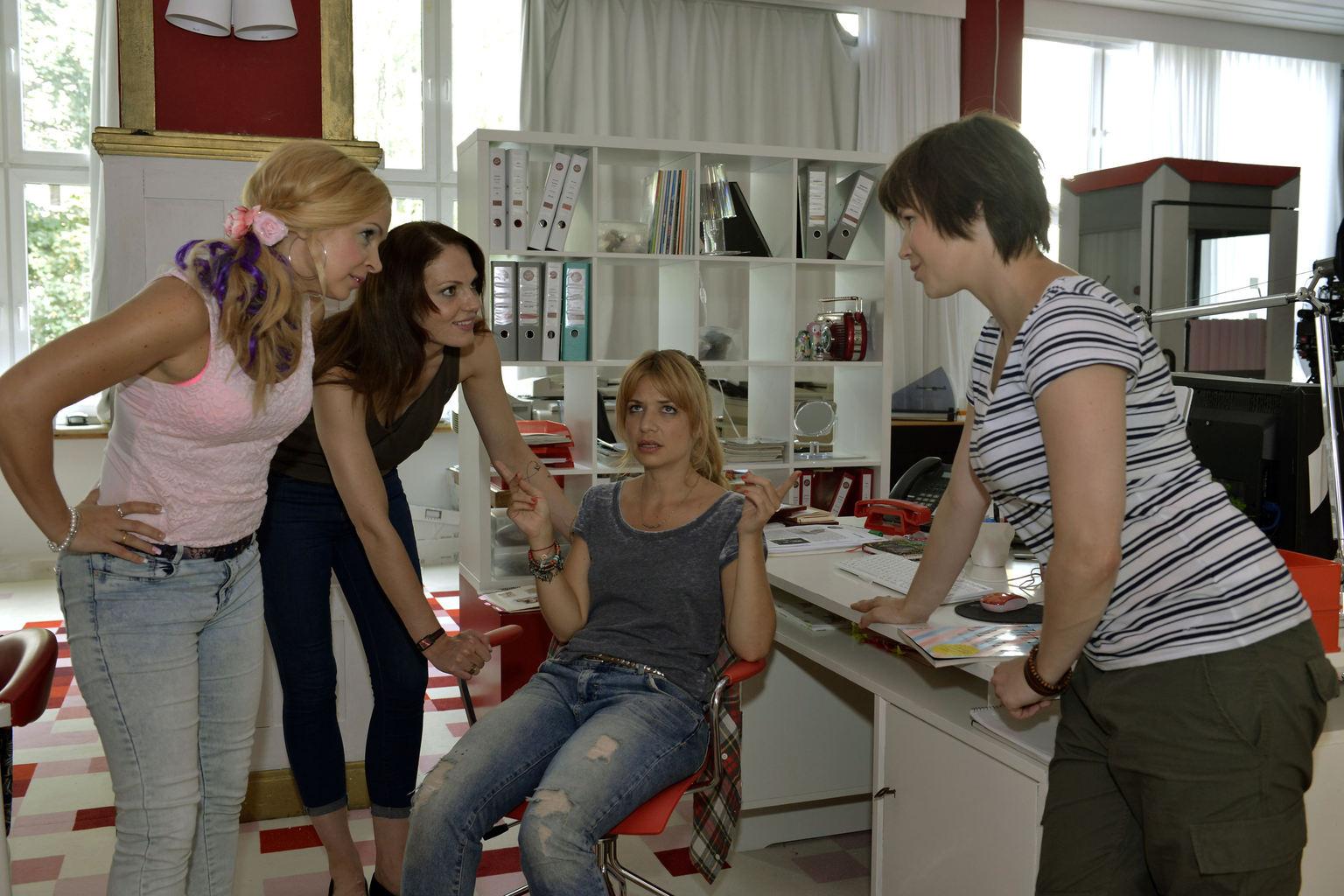 Sind von dem neuen Fotografen angetan: (v.l.n.r.) Nadine (Sarah Schindler), Toni (Isabella Vinet), Mila (Susan Sideropoulos) und Kathi (Nika Weckler) ... (Quelle: Sat 1)