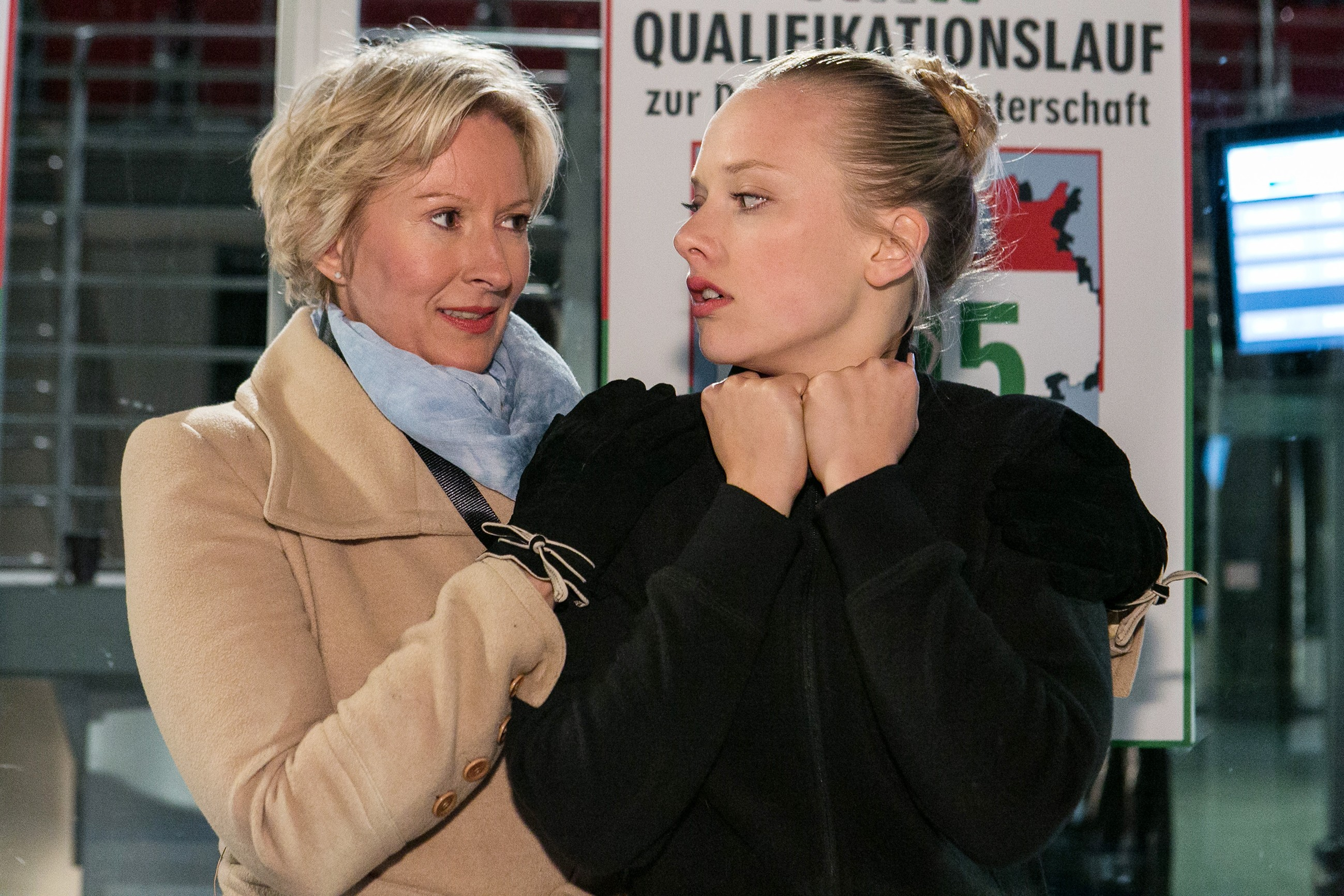 Marie (Judith Neumann, r.) bangt zusammen mit ihrer Trainerin Caroline (Olivia Augustinski), ob ihr Lauf für die Qualifikation zur Deutschen Meisterschaft gereicht hat. (Quelle: RTL / Kai Schulz)