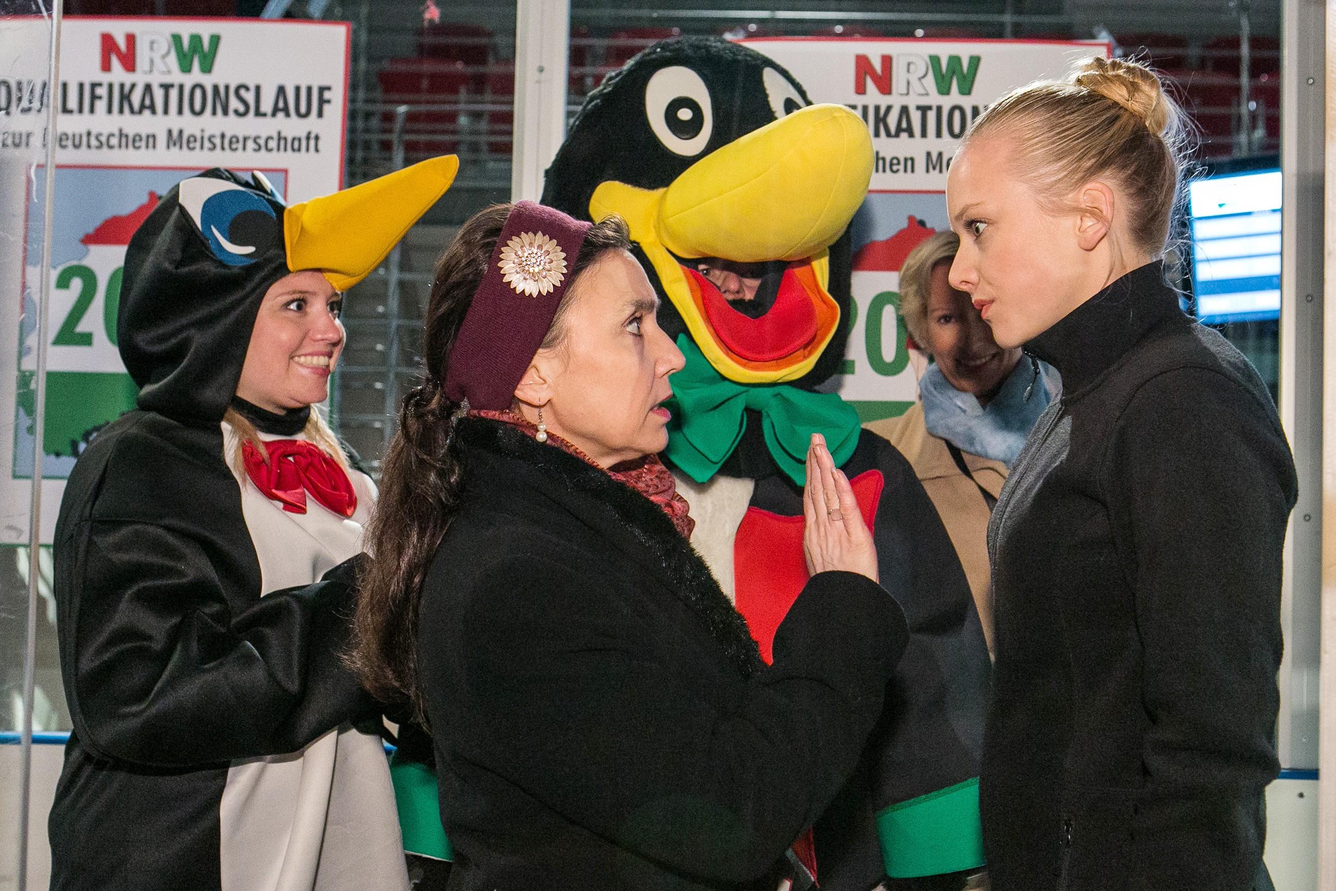 Während Bea (Caroline Maria Frier, l.) und Ingo (André Dietz) sich freuen, dass Marie (Judith Neumann, r.) sich für die Deutsche Meisterschaft qualifizieren konnte, macht Simone (Tatjana Clasing) keinen Hehl aus ihrer Erwartungshaltung. (Quelle: RTL / Kai Schulz)
