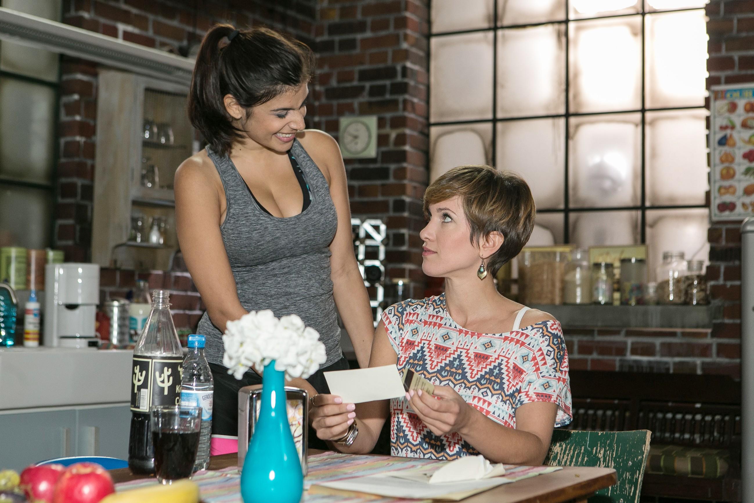 Pia (Isabell Horn, r.) erwischt es kalt, als sie in Gegenwart von Tina (Tanja Tischewitsch) einen Umschlag mit einer Hotel-KeyCard bekommt. (Quelle: RTL / Kai Schulz)