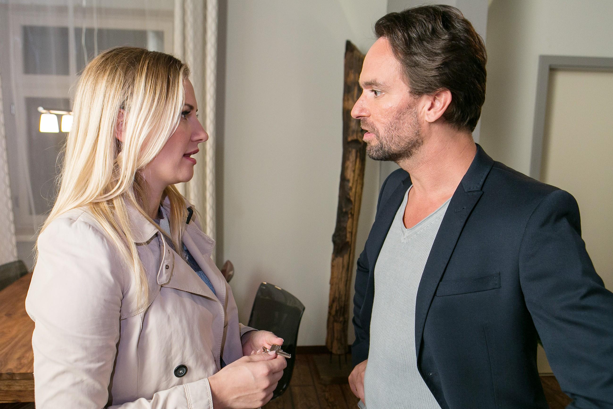 Isabelle (Ania Niedieck) macht Thomas (Daniel Brockhaus) klar, dass Sonja nur dann zu ihm zurückkommt, wenn er sich vom Ballast der gemeinsamen Vergangenheit trennt. (Quelle: RTL / Kai Schulz)
