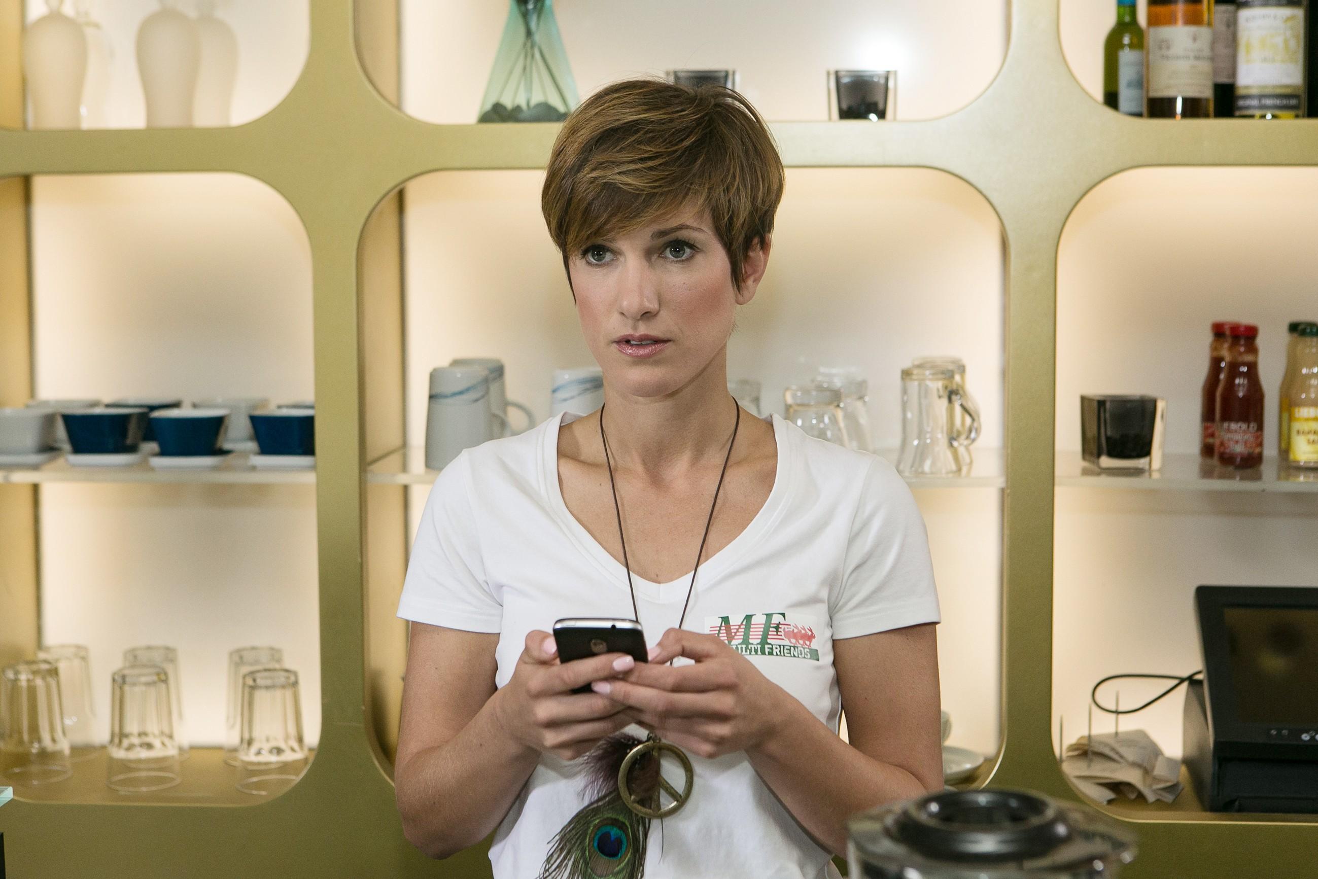 Pia (Isabell Horn) ist fest entschlossen, sich Veit aus dem Kopf zu schlagen und versucht sich mit Arbeit abzulenken. (Quelle: RTL / Kai Schulz)