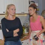 Maren (Eva Mona Rodekirchen, l.) gesteht Jasmin (Janina Uhse), dass sie Katrin gegenüber ein schlechtes Gewissen hat. (Quelle: RTL / Rolf Baumgartner)