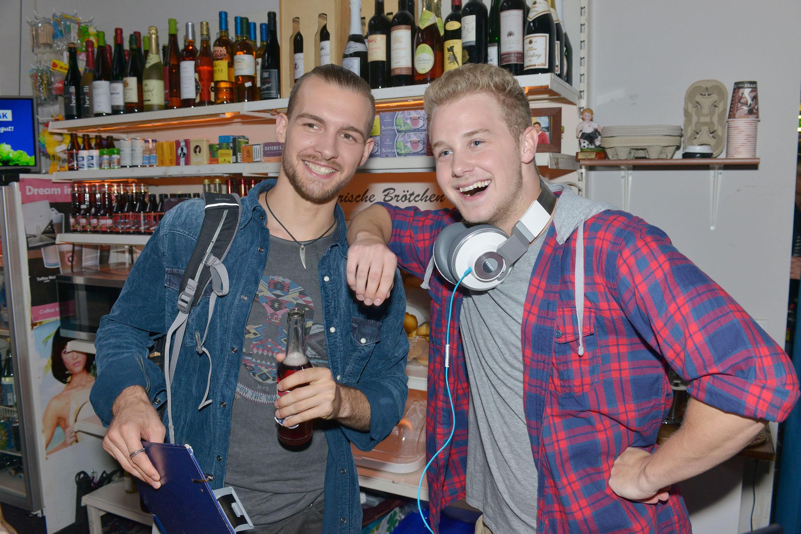 Chris (Eric Stehfest, l.) und Jonas (Felix van Deventer) sind vom Erfolg der Spätkauf-Party überzeugt. (Quelle: RTL / Rolf Baumgartner)