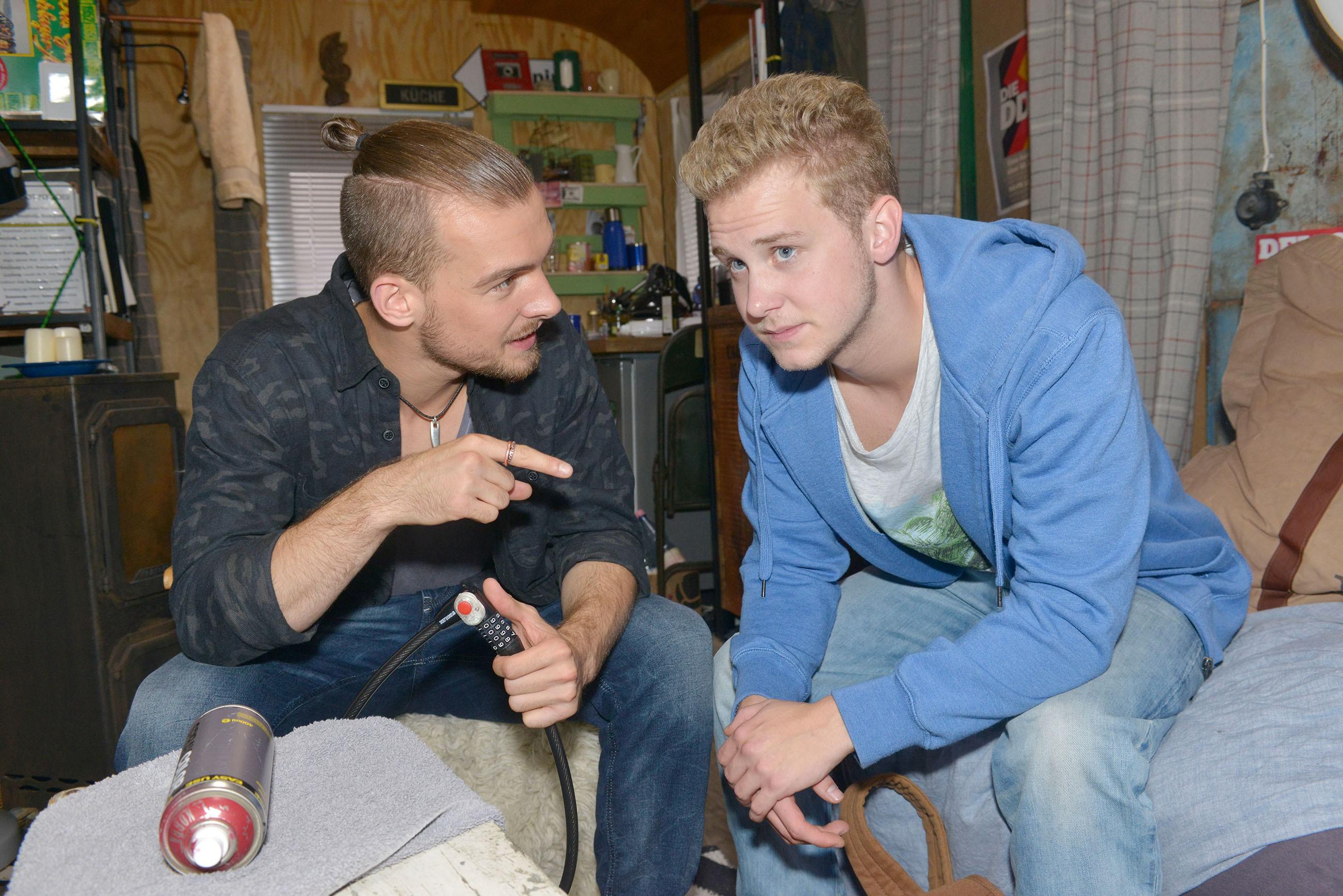 Chris (Eric Stehfest, l.) versucht Jonas (Felix van Deventer) von seiner Aktion gegen Gerner zu überzeugen. (Quelle: RTL / Rolf Baumgartner)