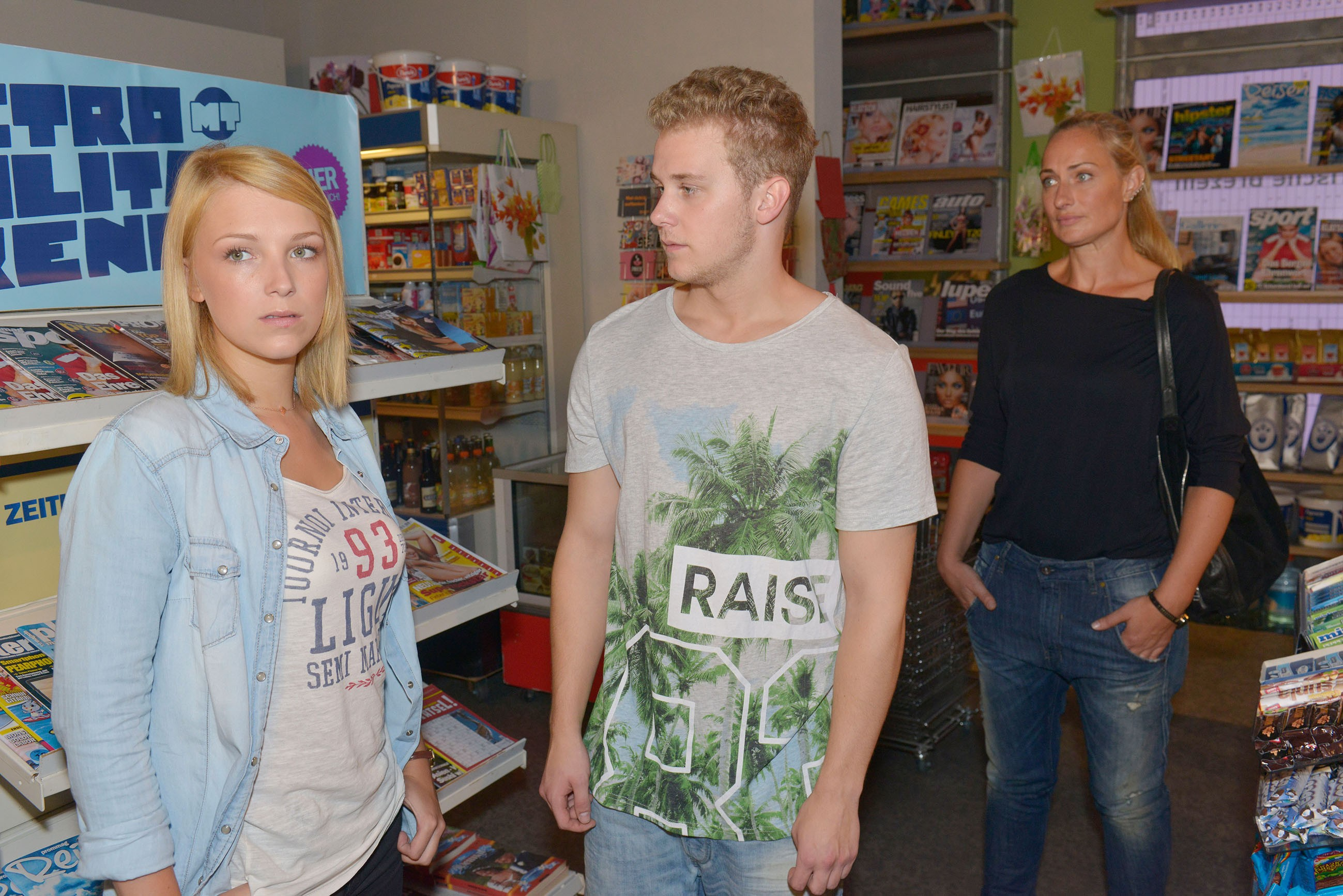 Jonas (Felix van Deventer) versucht vergeblich zwischen Lilly (Iris Mareike Steen, l.) und Maren (Eva Mona Rodekirchen) zu vermitteln. (Quelle: RTL / Rolf Baumgartner)