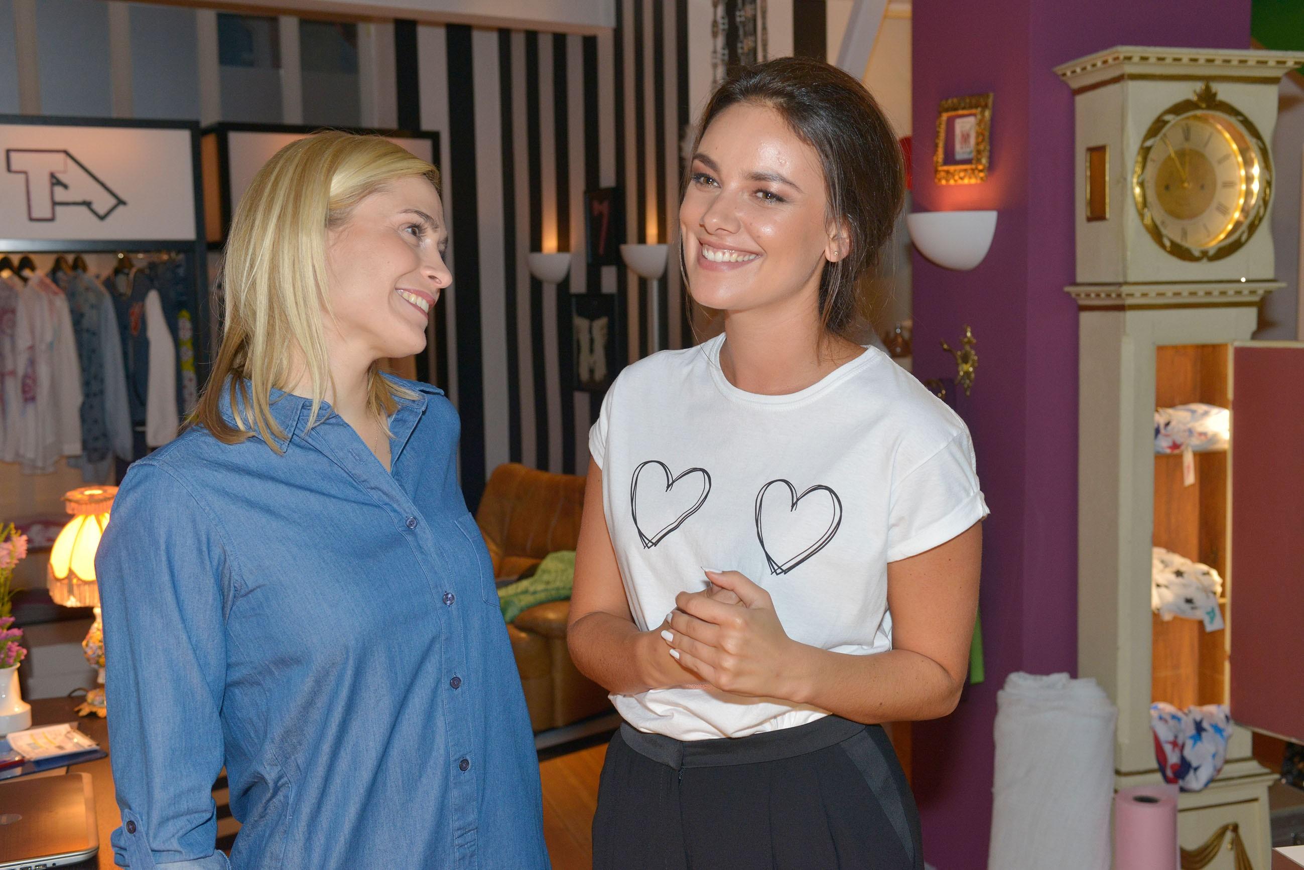 Sophie (Lea Marlen Woitack, l.) erkennt, dass Jasmin (Janina Uhse) es mit mit ihrem neuen Freund Frederic sehr ernst meint. (Quelle: RTL / Rolf Baumgartner)